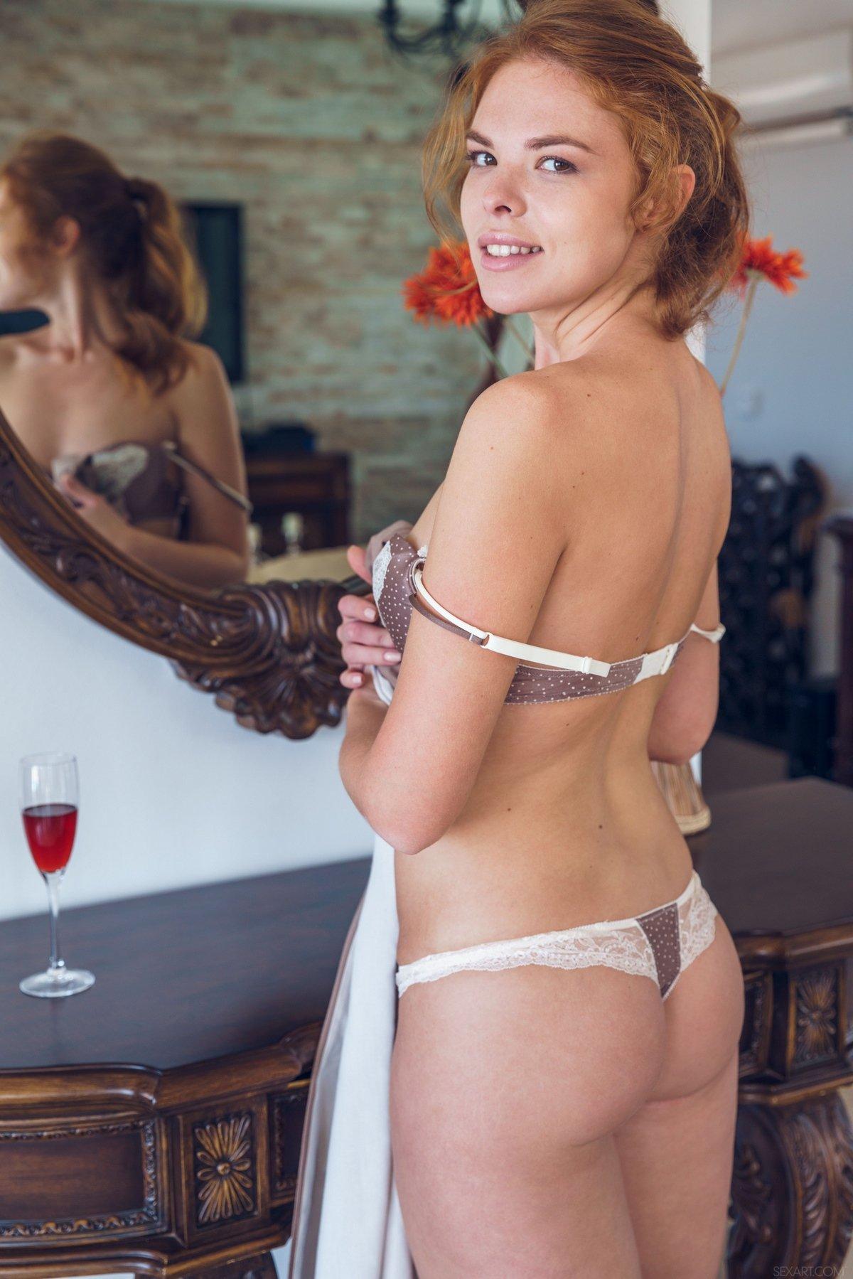 Фото у зеркала девушки грудь