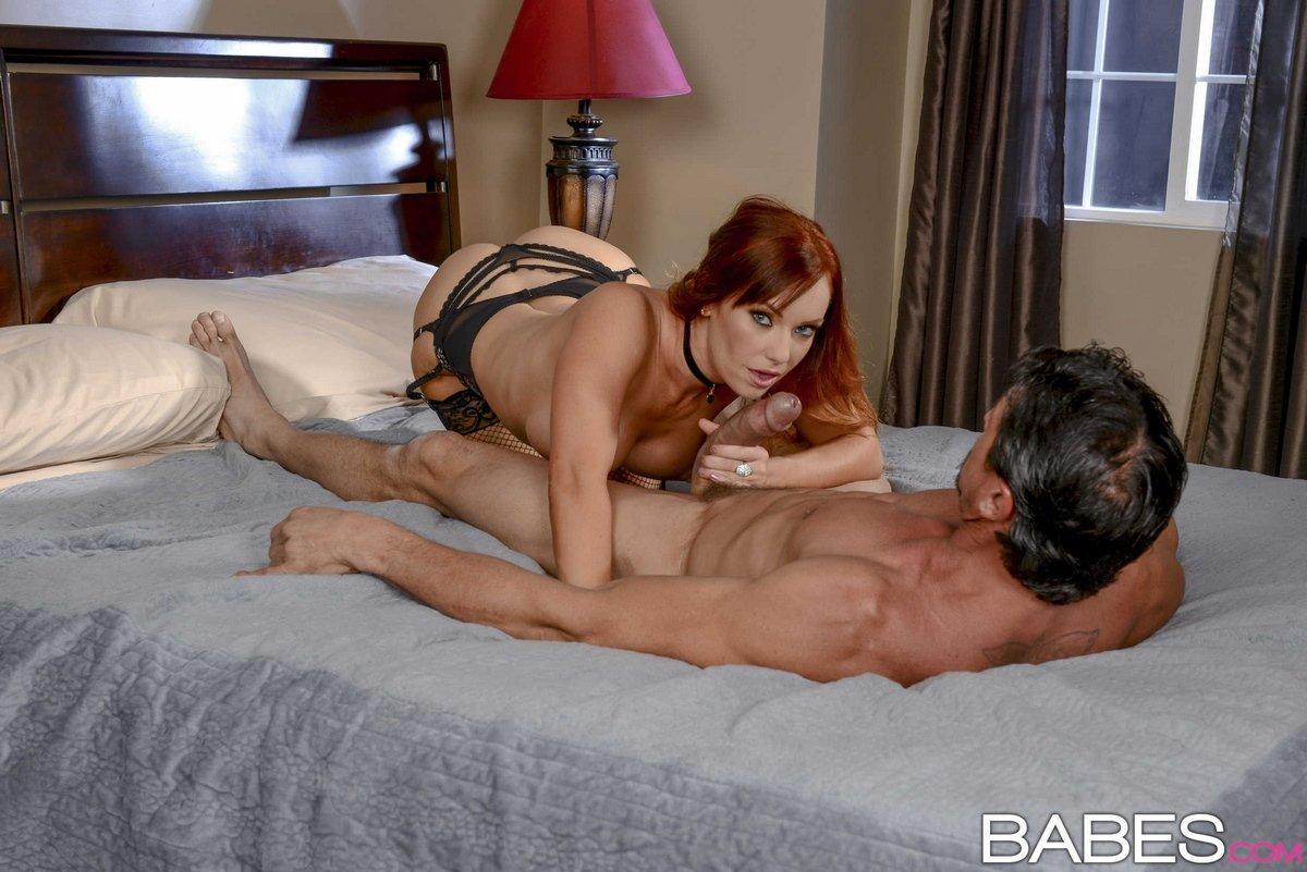 Роскошная рыжая мама лижет член секс фото