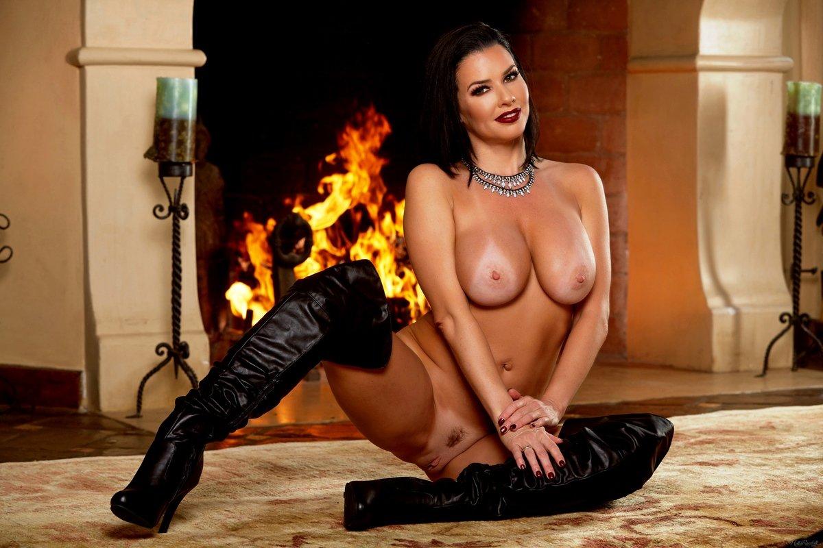 Шикарная модель Veronica Avluv голая у камина