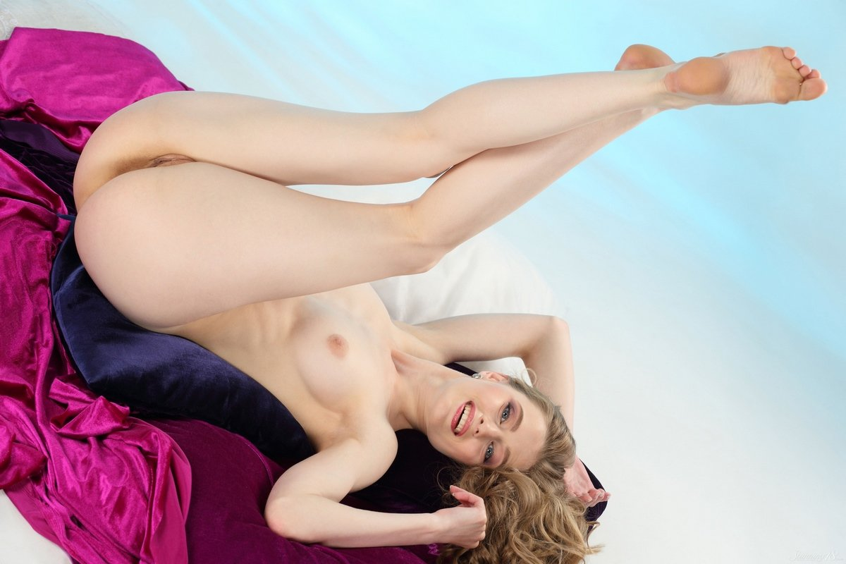 Супер сексуальная блондинка снимает яркую кофточку сетку