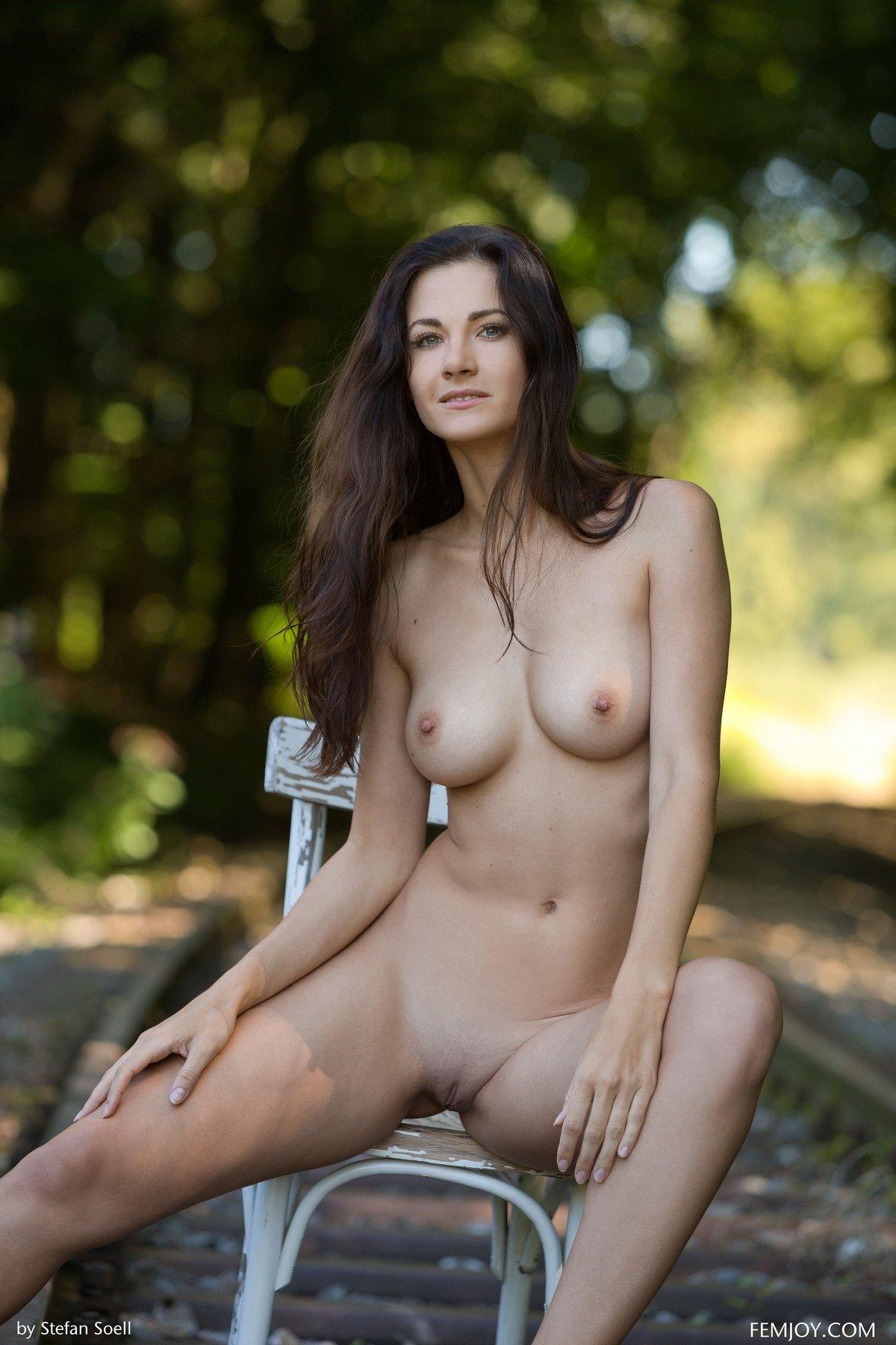 Соблазнительная голая брюнетка на рельсах
