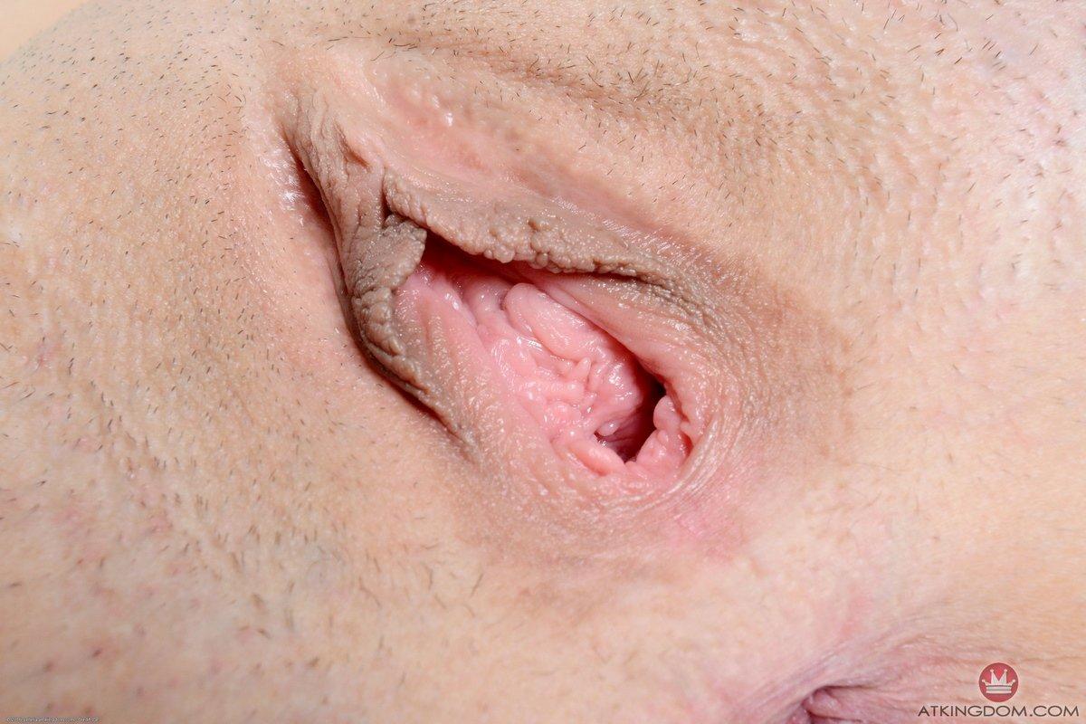 Рыжая раскрывает половые губы и показывает вагину