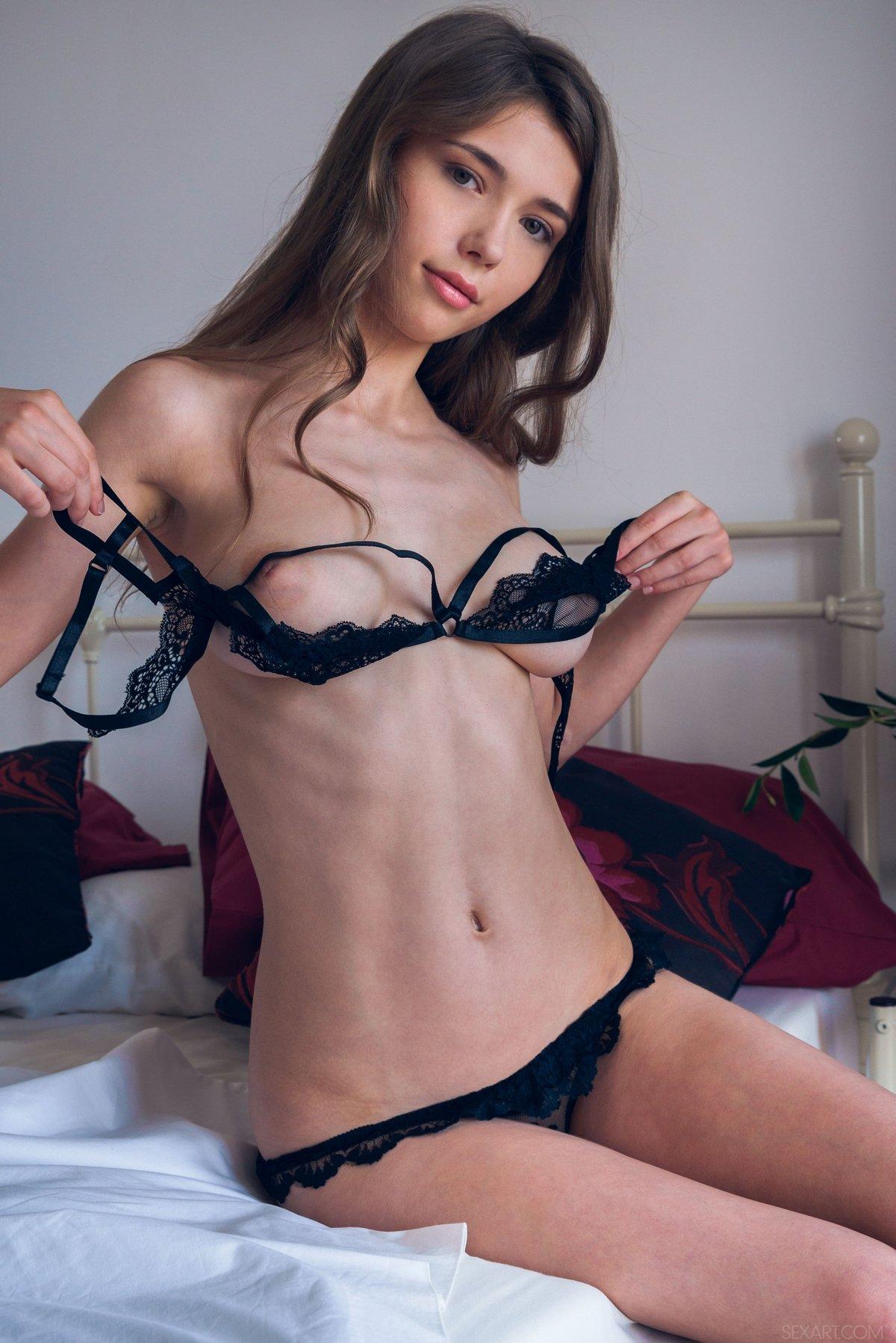 Няшка Mila в кружевном белье смотреть эротику