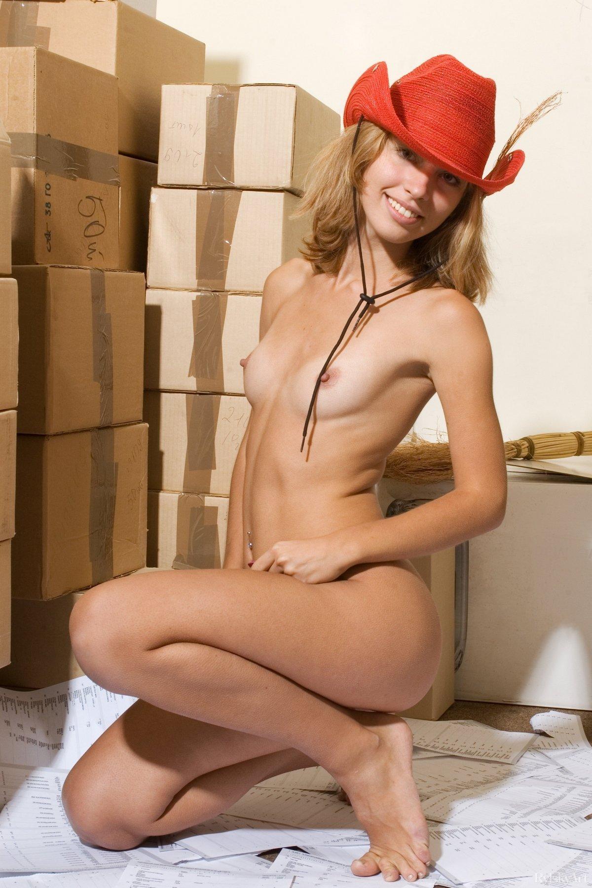 Худая светловолосая девушка с маленькими титьками в красной шляпе секс фото