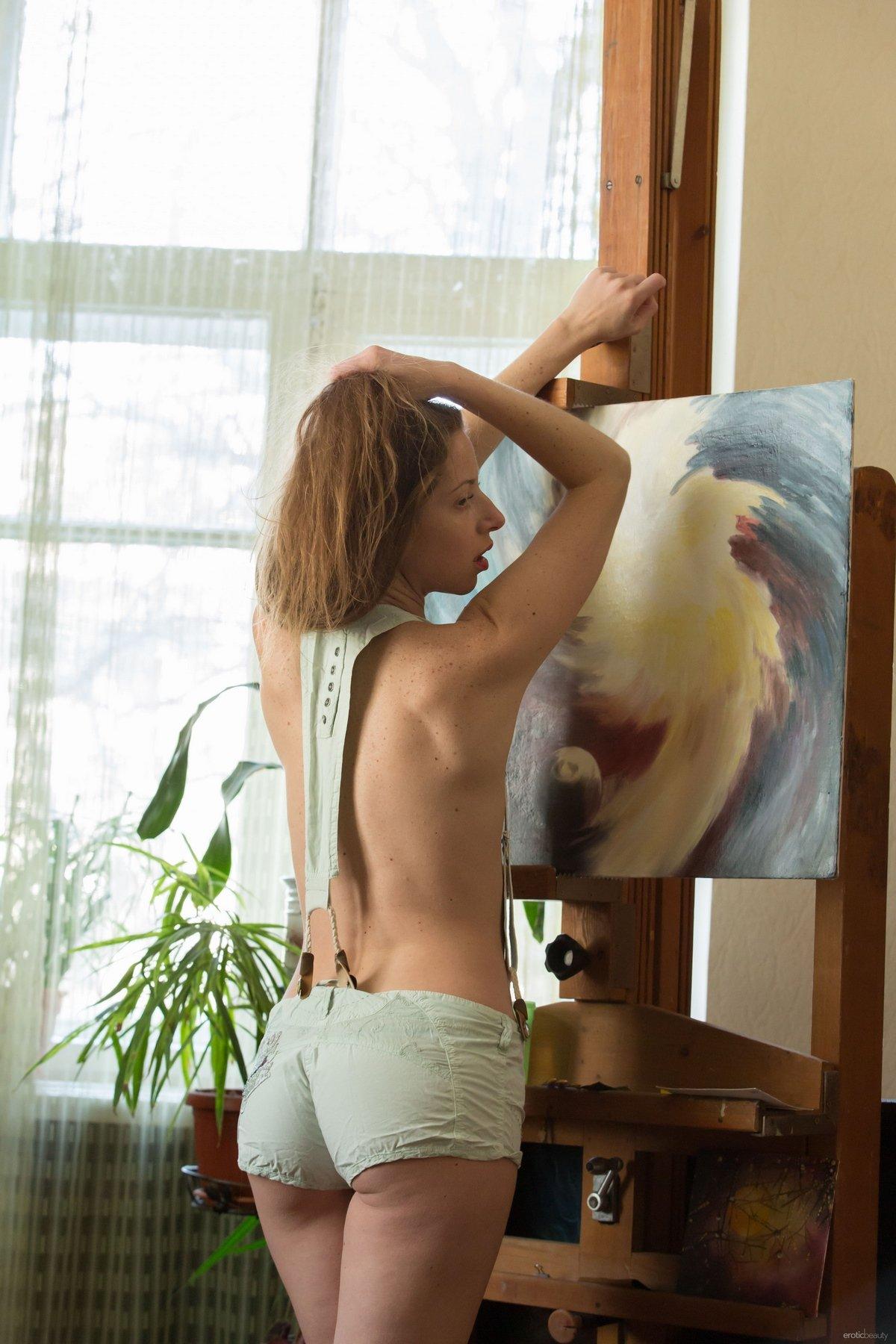 Художница рисует на своем обнаженном теле