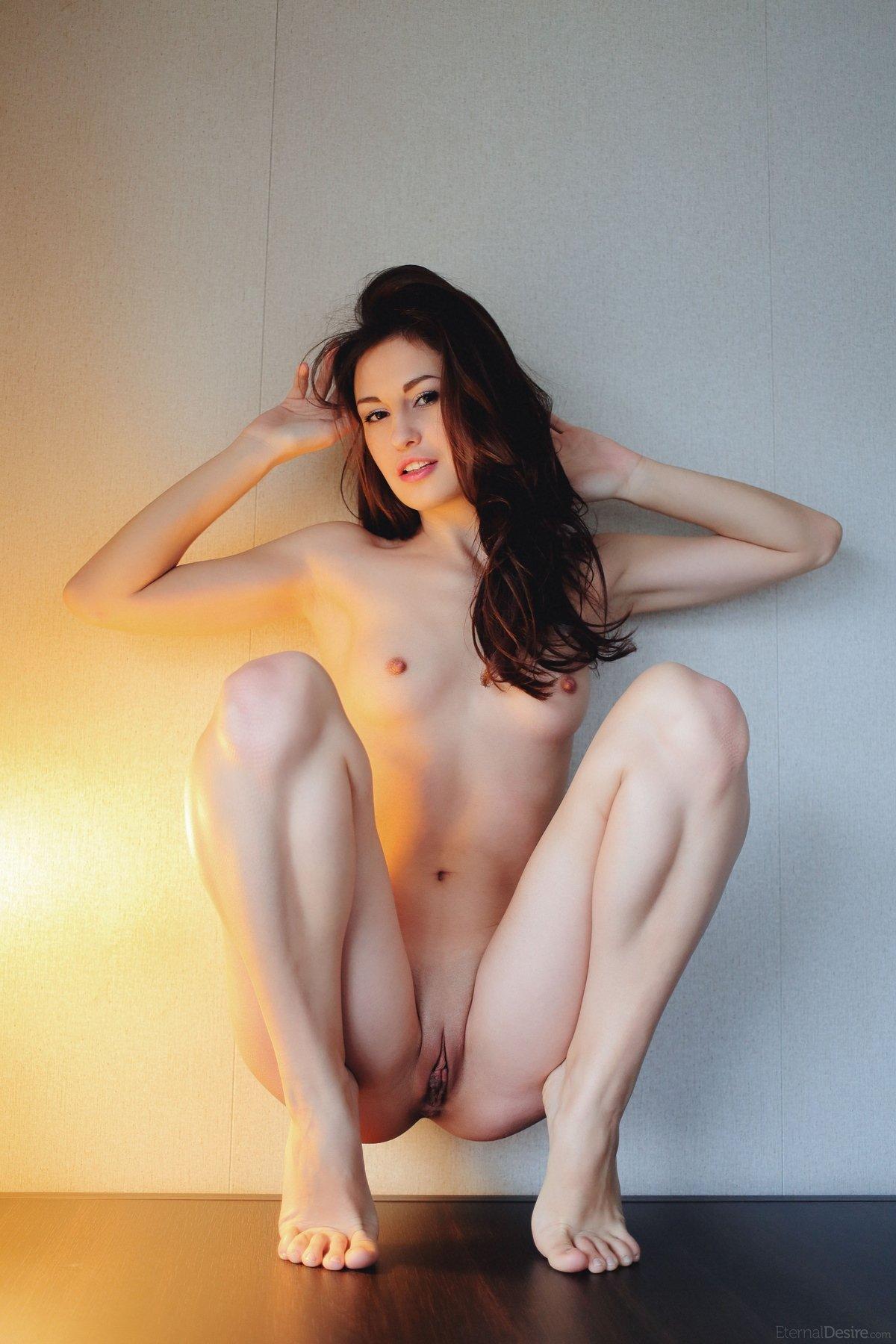 Кобыла откровенно делает селфи на столе под лампой смотреть эротику