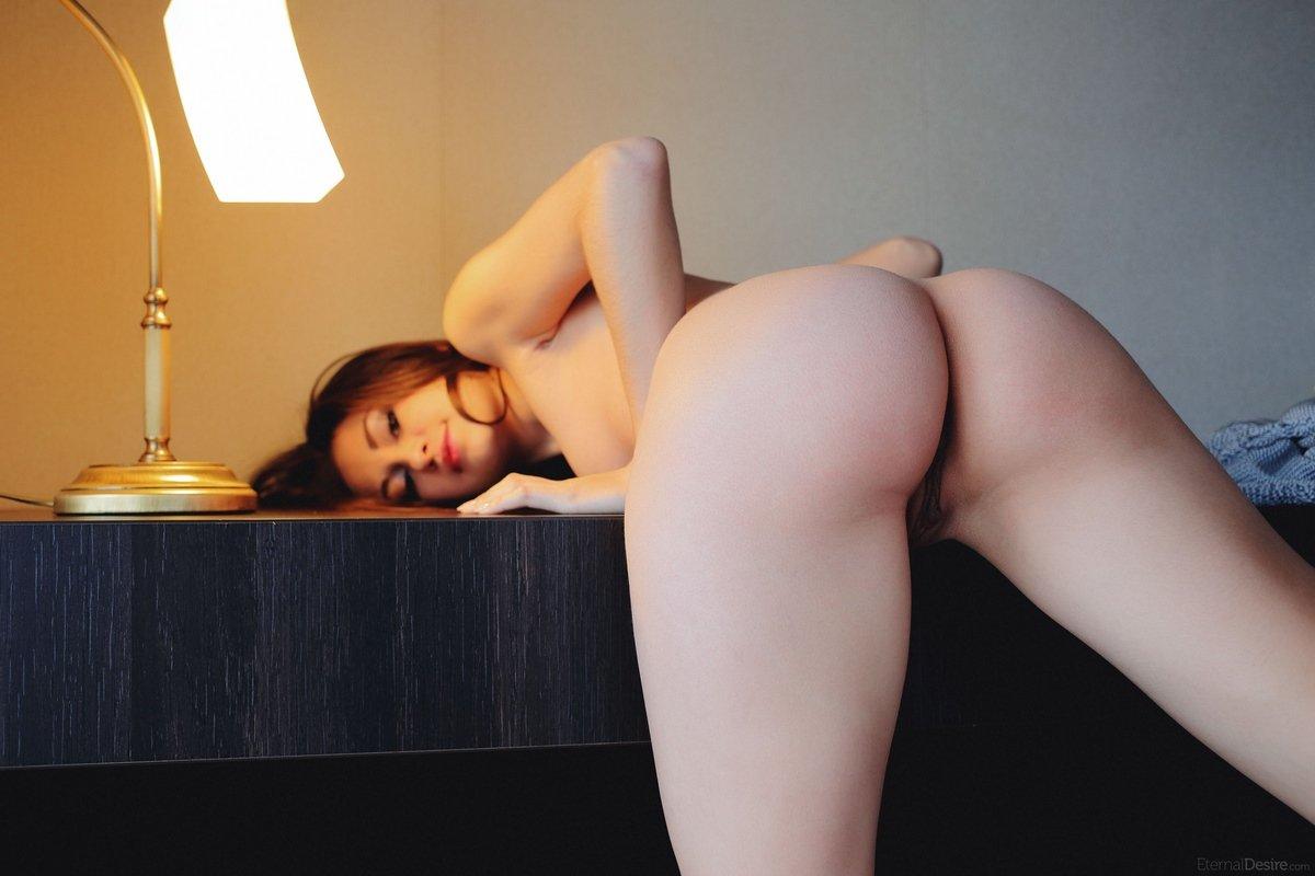 Сучка откровенно снимается на столе под лампой