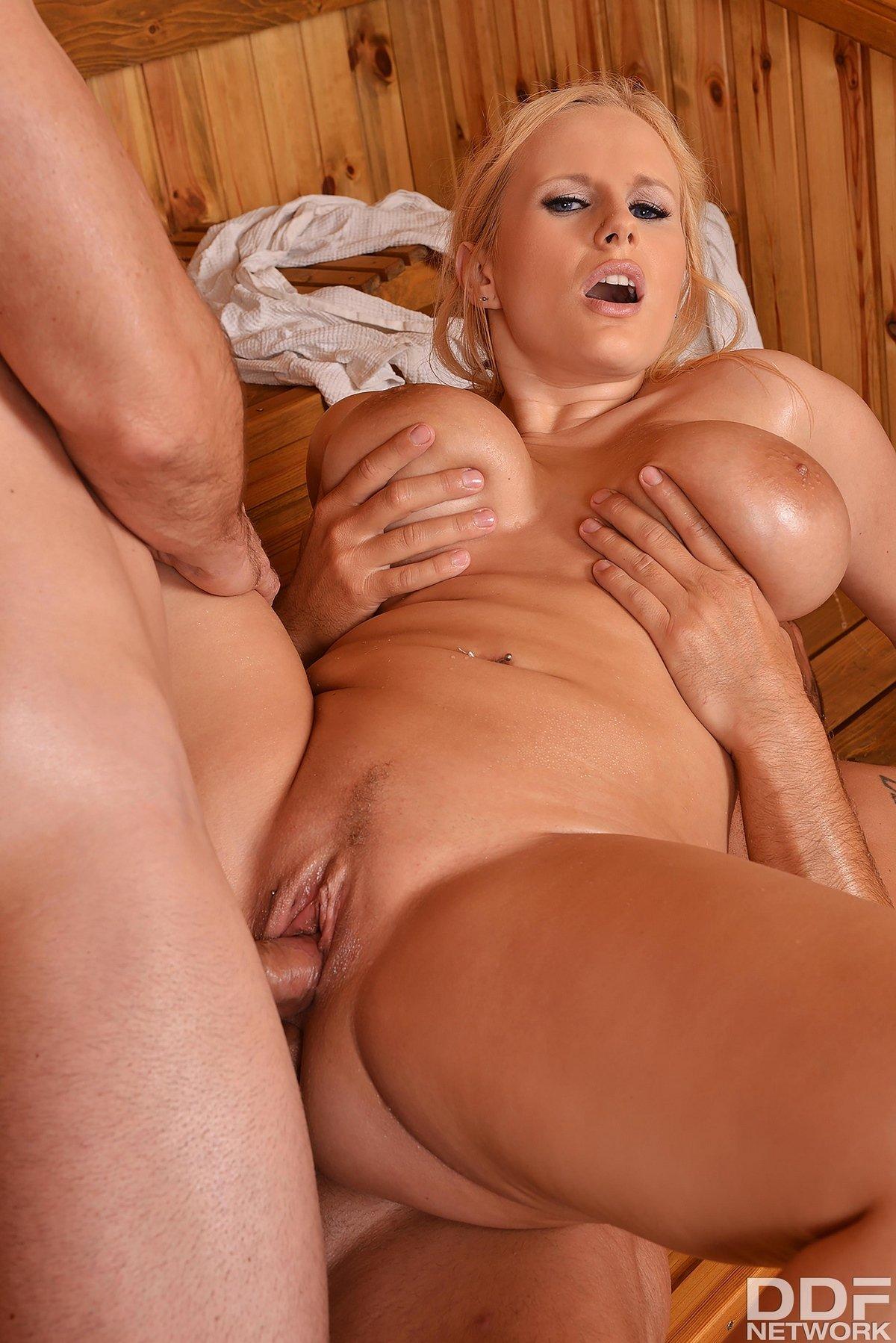 seks-s-siskastoy-blondinkoy