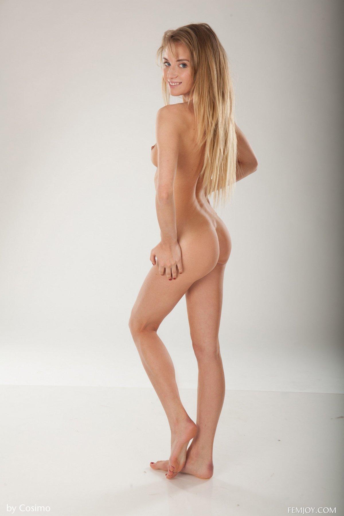 Соблазнительная модель Monika стягивает светлый халатик секс фото