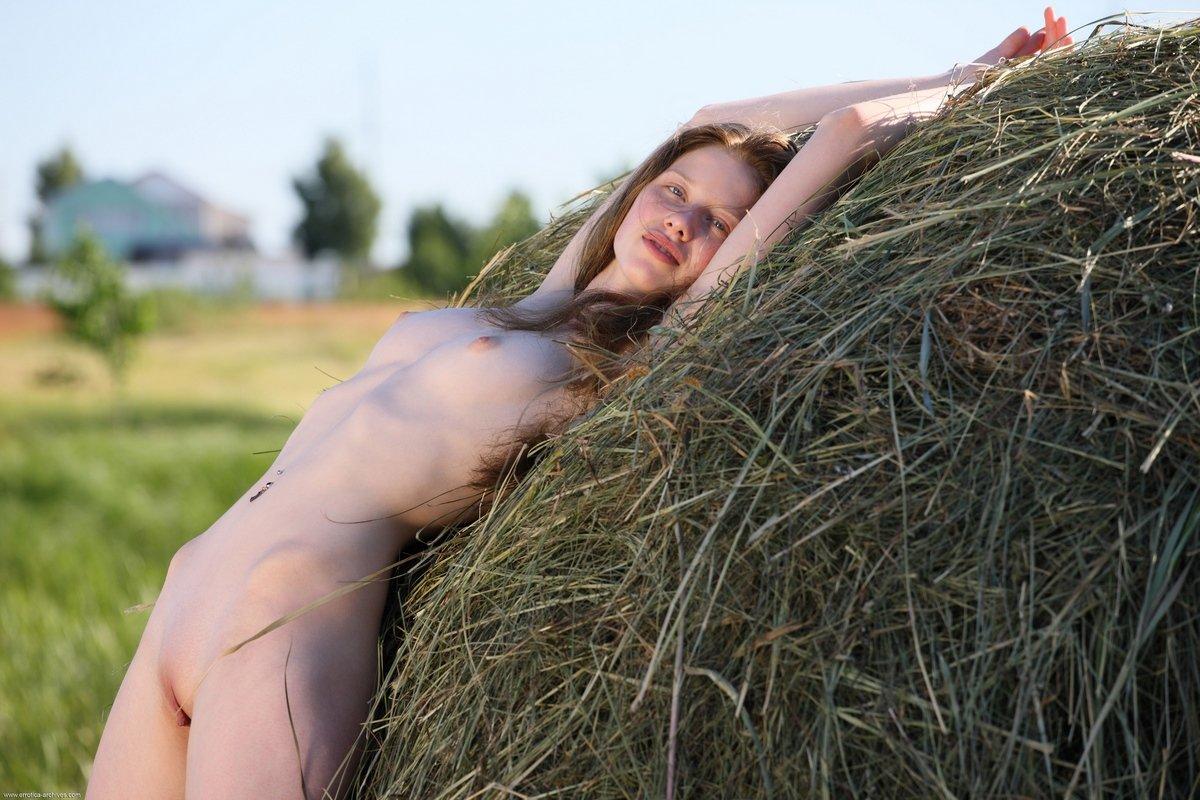 Рыжеволосая Nicole голая на сеновале