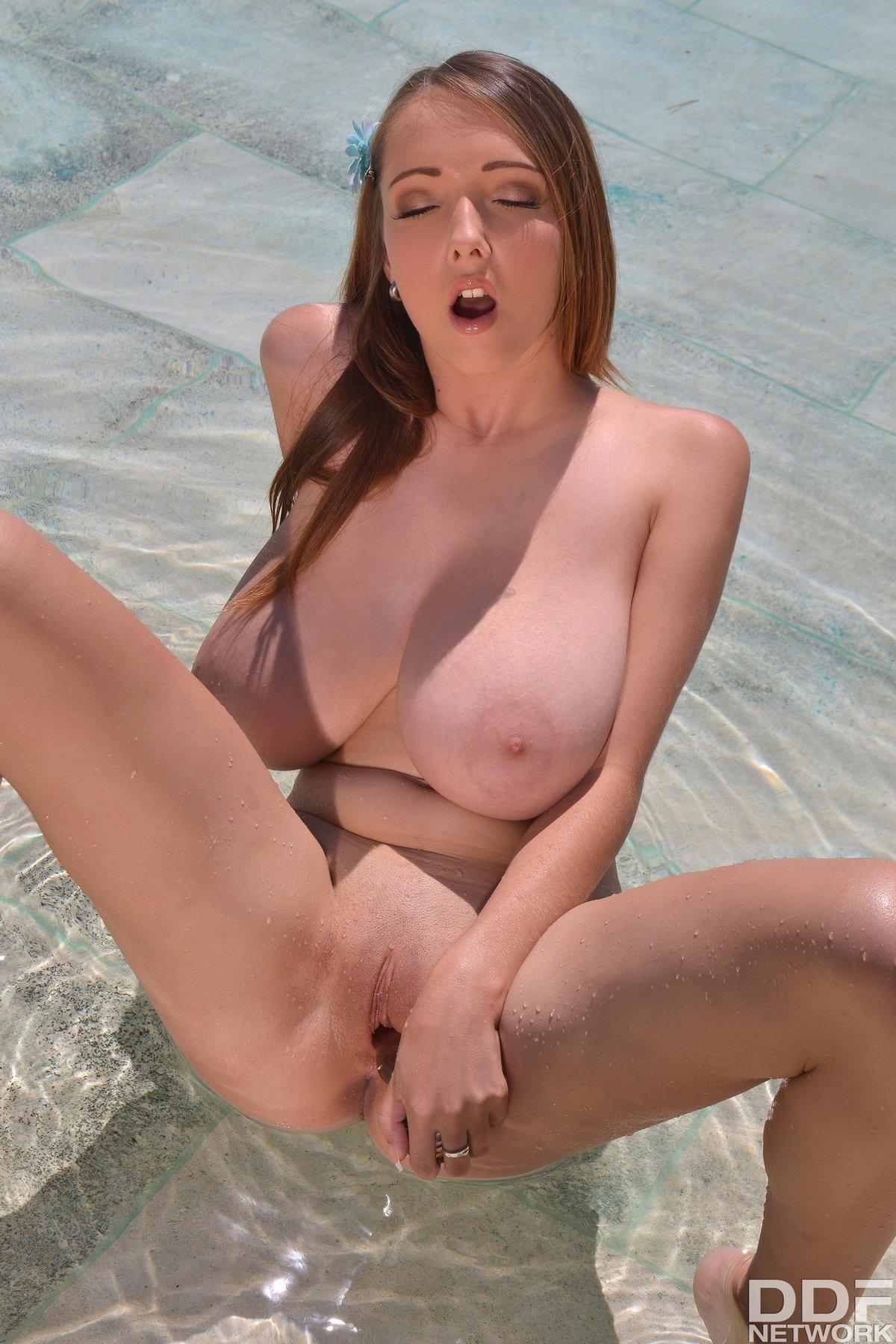 Грудастая Lucie Wilde мастурбирует в бассейне