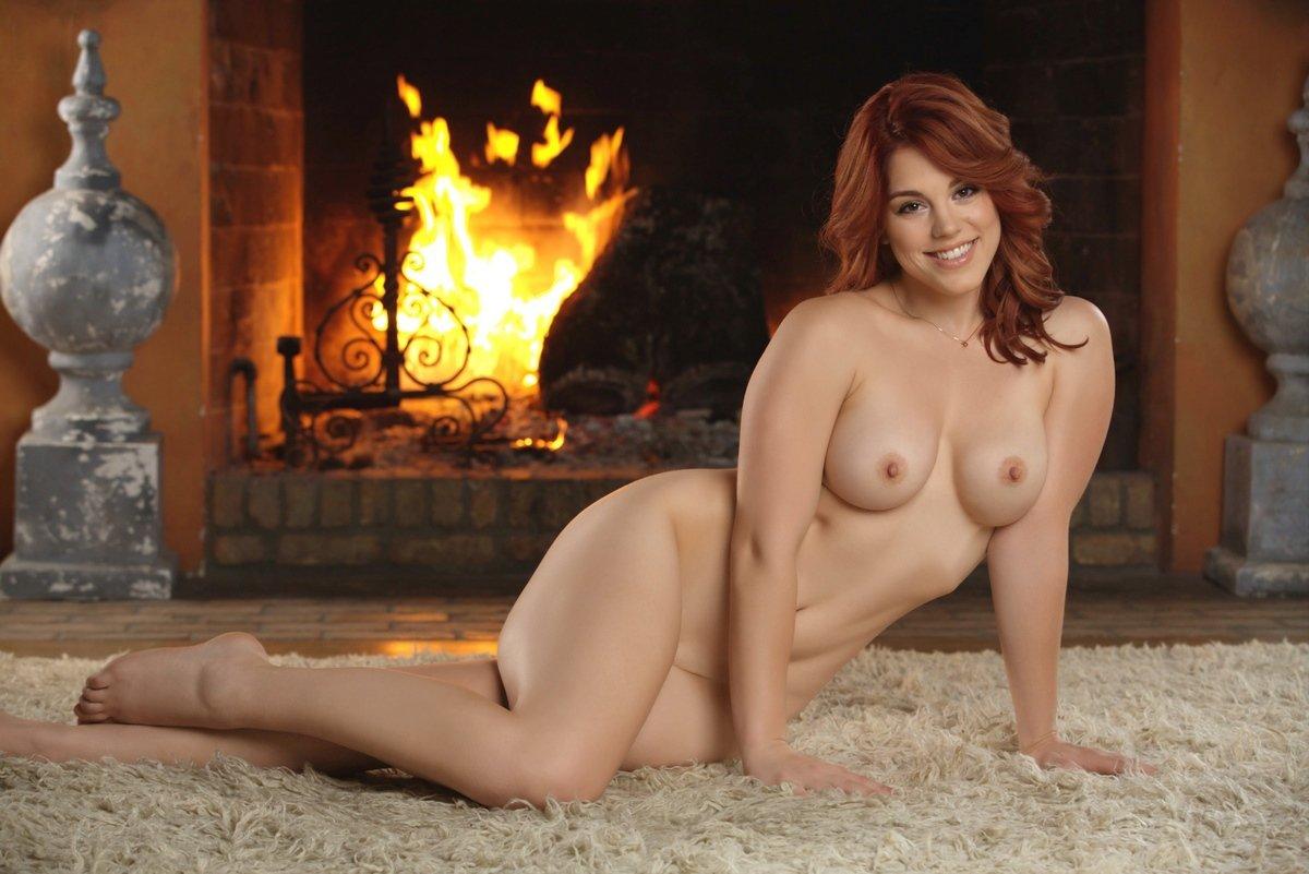 Эротические изображения рыженькой Molly Stewart у камина