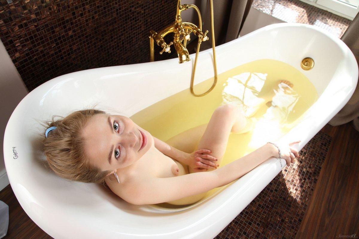 Милашка с длинными волосами купается в ванне