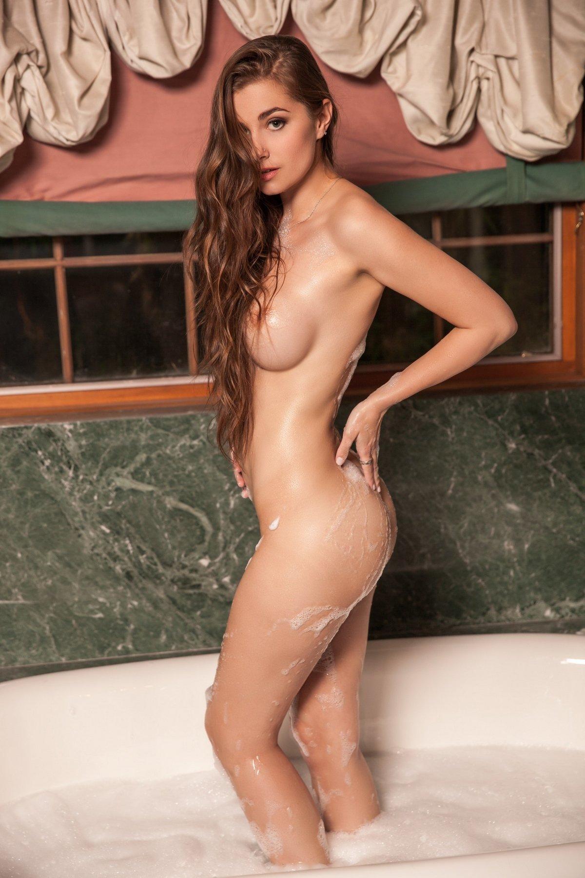 Нарядная модель с симпатичными волосами плескается в душе