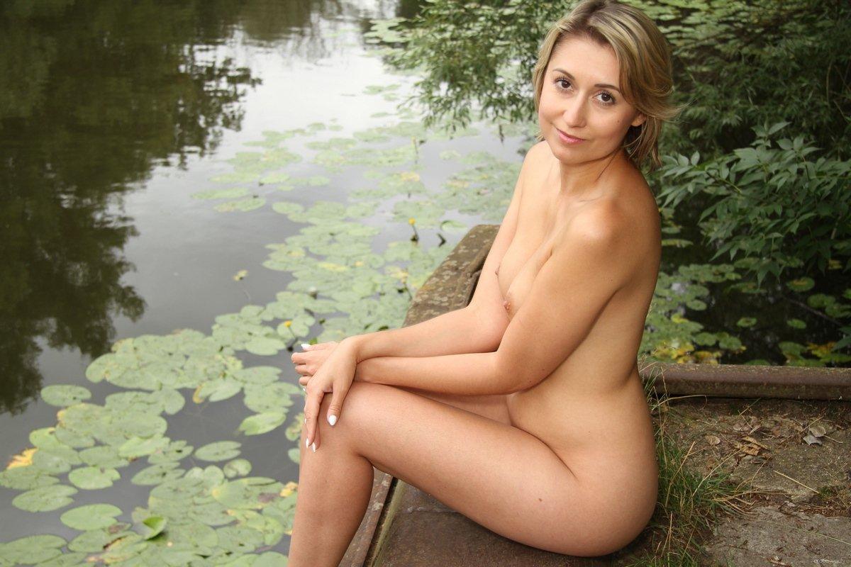 Мамка с маленьким бюстом на фоне пруда