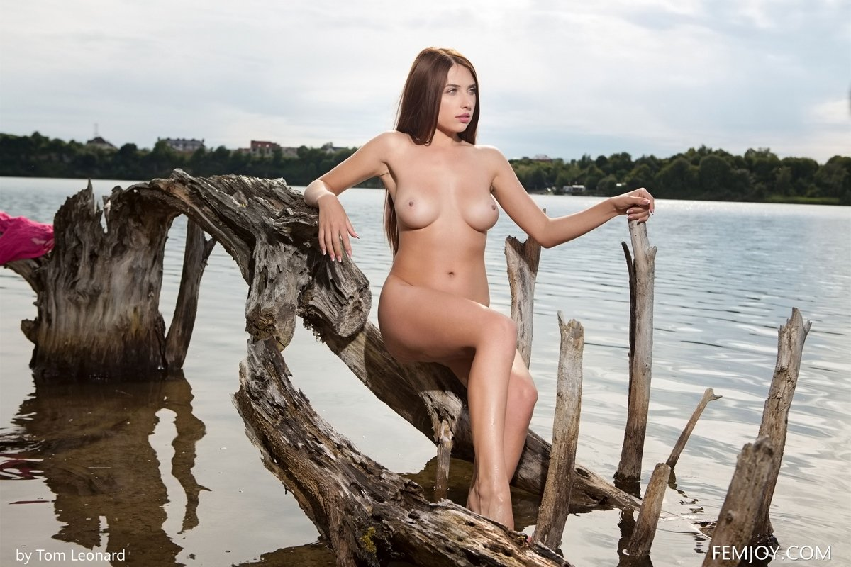 Чувственная красавица Niemira на берегу реки