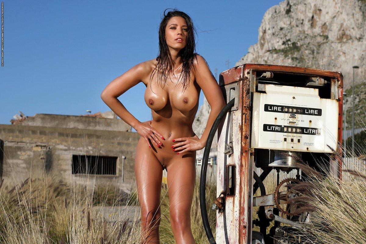 Роскошное загорелое тело брюнетки на заправке смотреть эротику