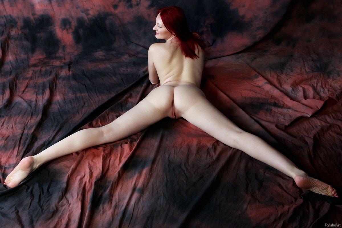 Идеальная рыжеволосая фрау принимает возбуждающие позы