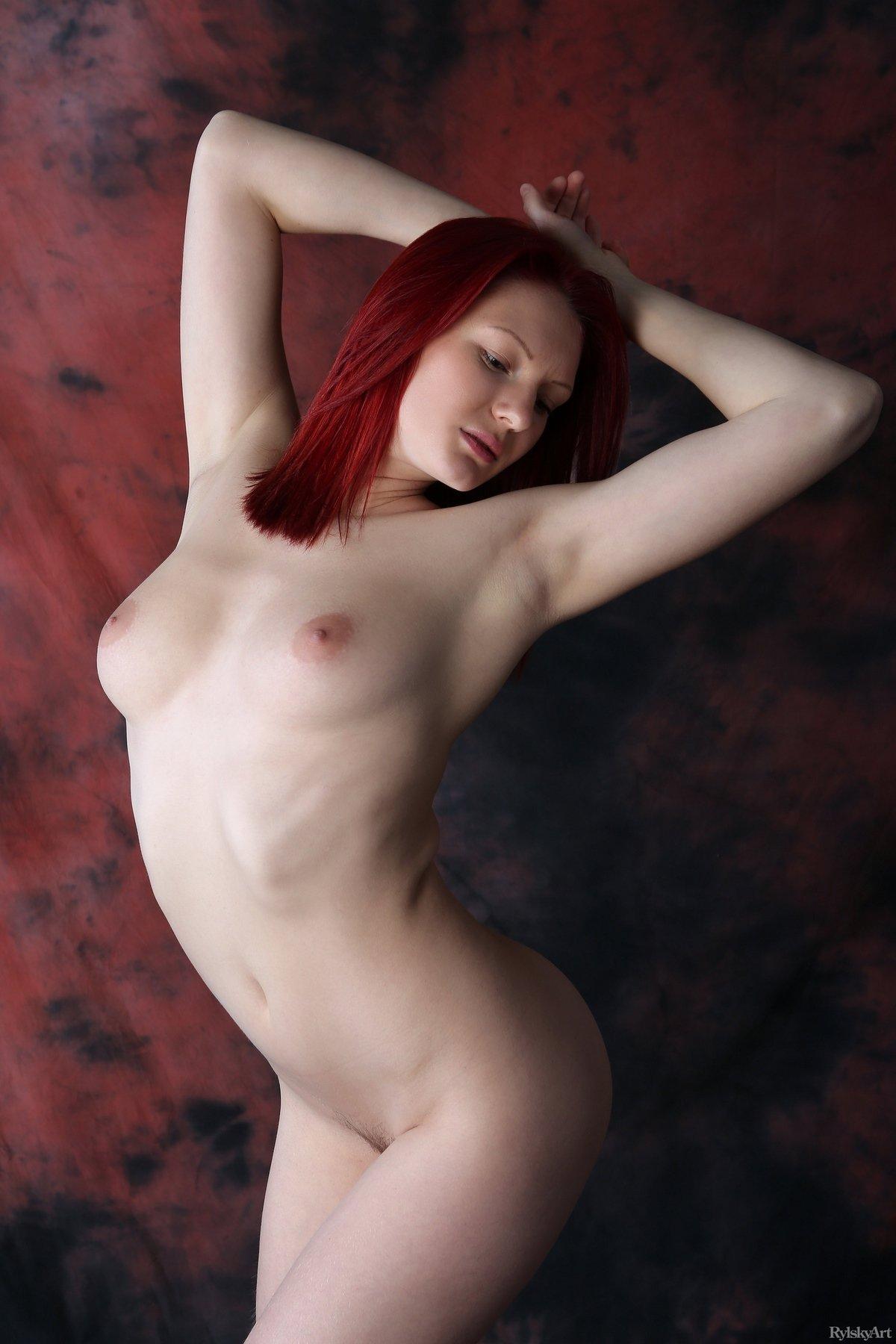 Красивая рыжеволосая модель принимает соблазнительные позы