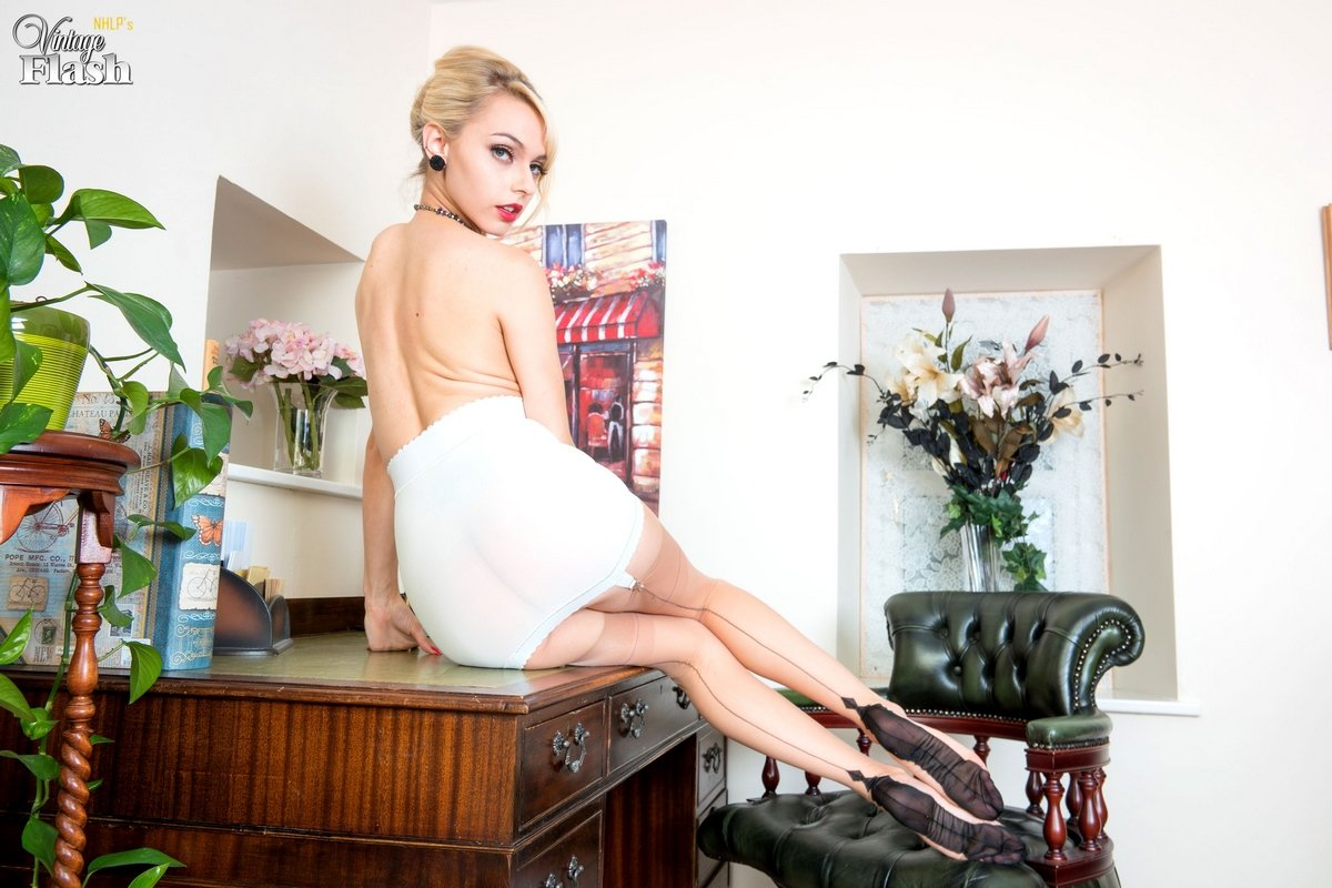Блондинка в чулках показала волосатую киску