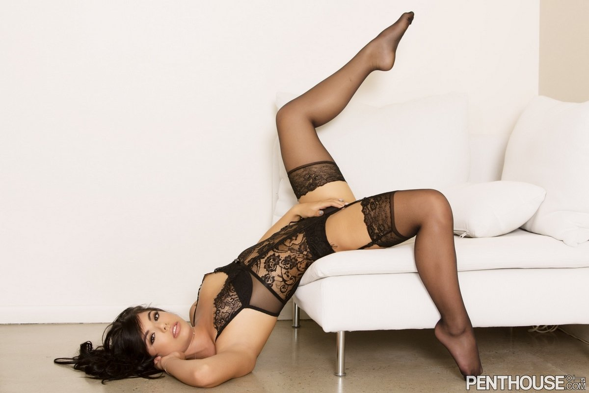 Gina Valentina эротично снимает чулочки для журнала Penthouse