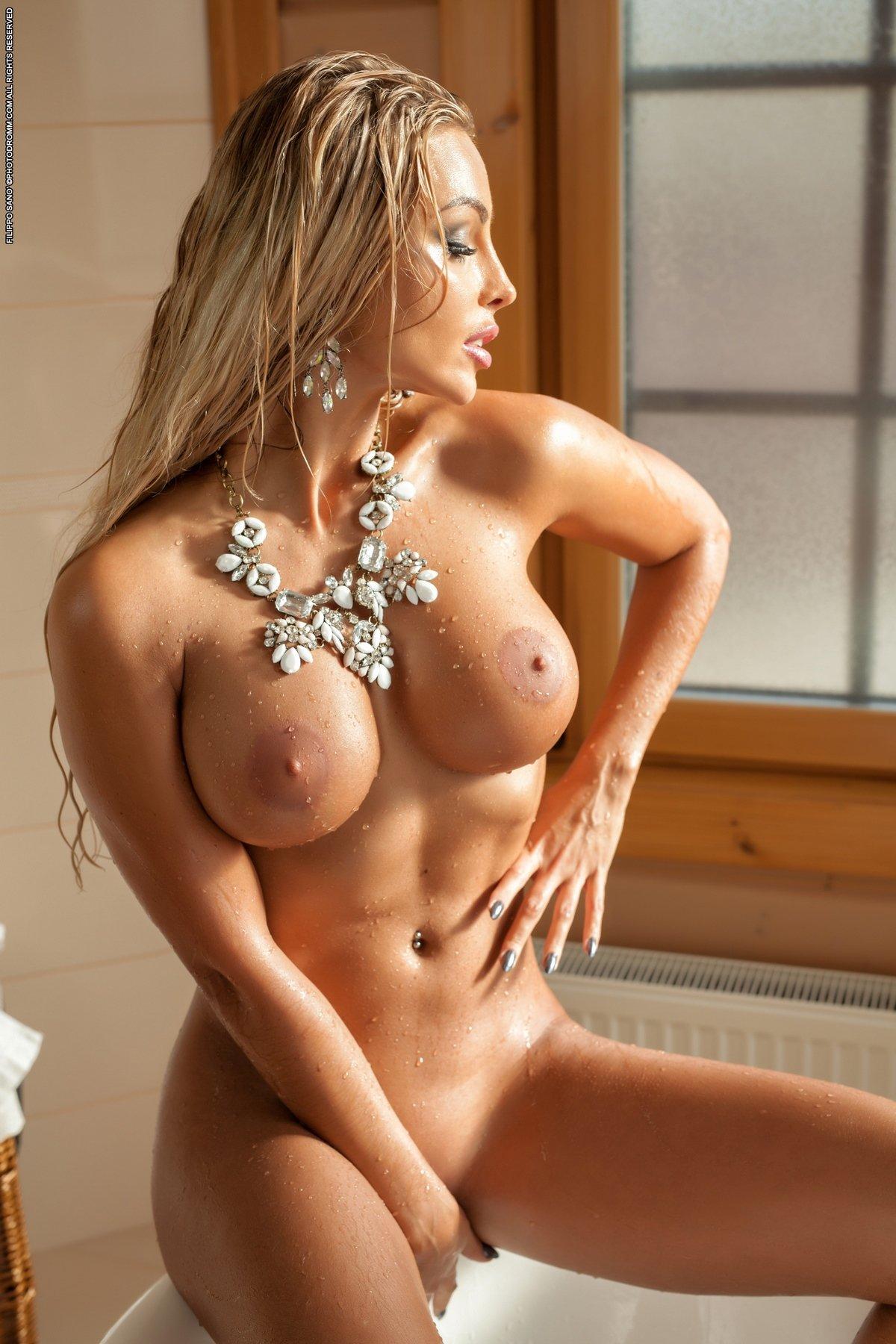 Игривая обнаженка загоревшей блондинки под струями душа
