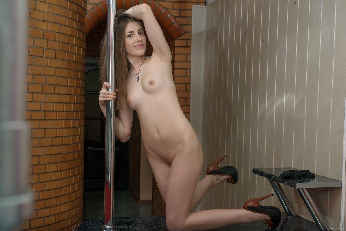 Молодая девка снимает одежду на барной стойке