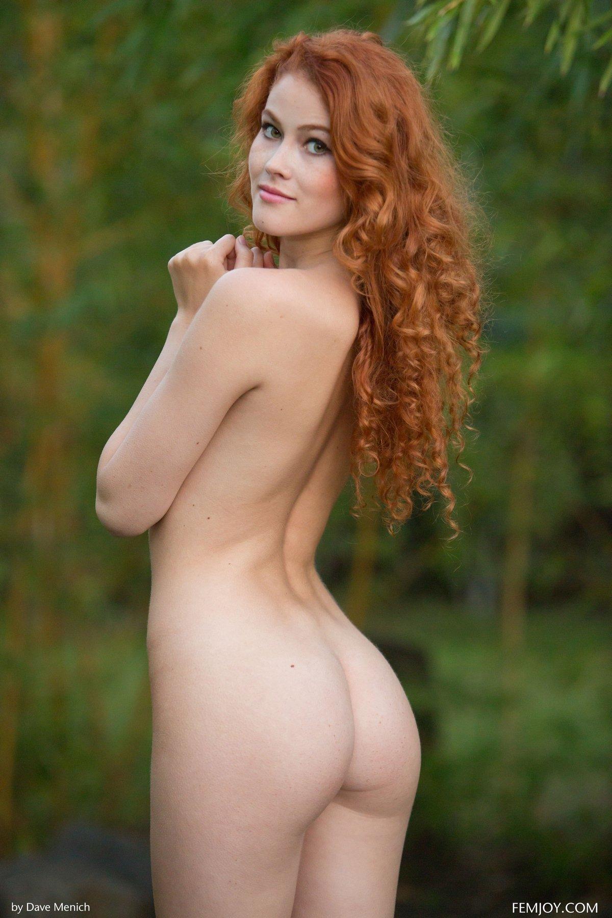Милая рыжая деваха в зеленых зарослях