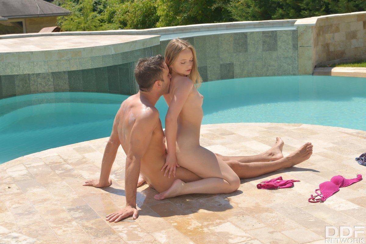 Молоденькая блондиночка делает глубокий заглот на фоне бассейна