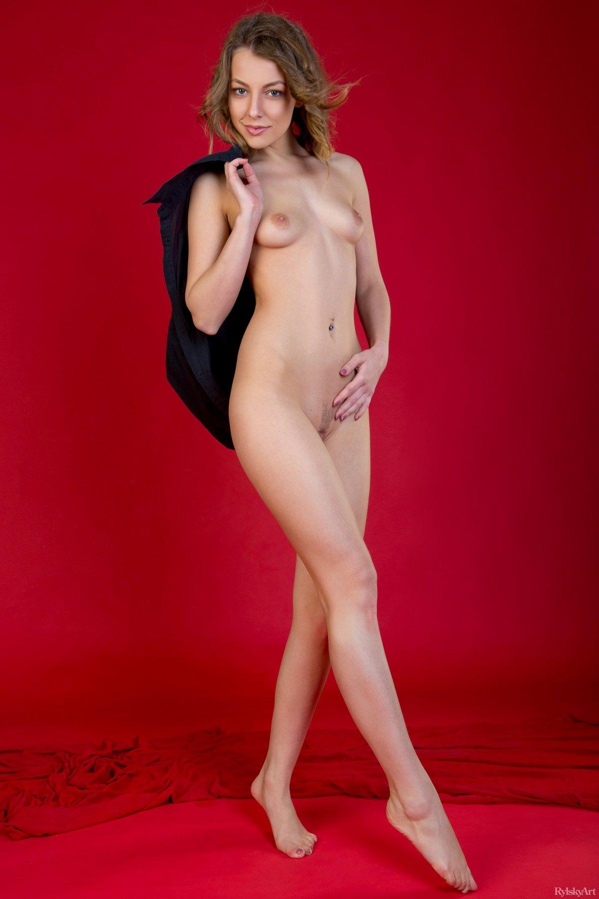 Худая фотомодель Nikia на красном фоне смотреть эротику