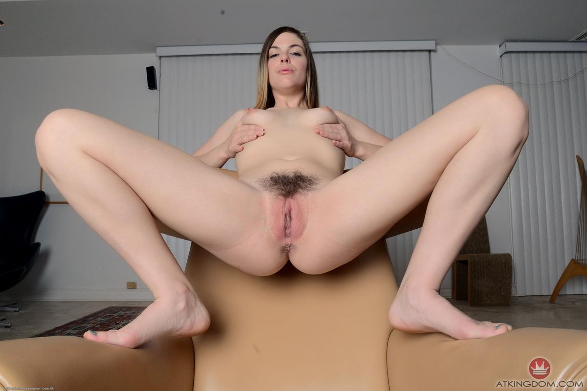 Тёлка с волосатым лобком оголяет на камеру крупную выбритую вагину секс фото