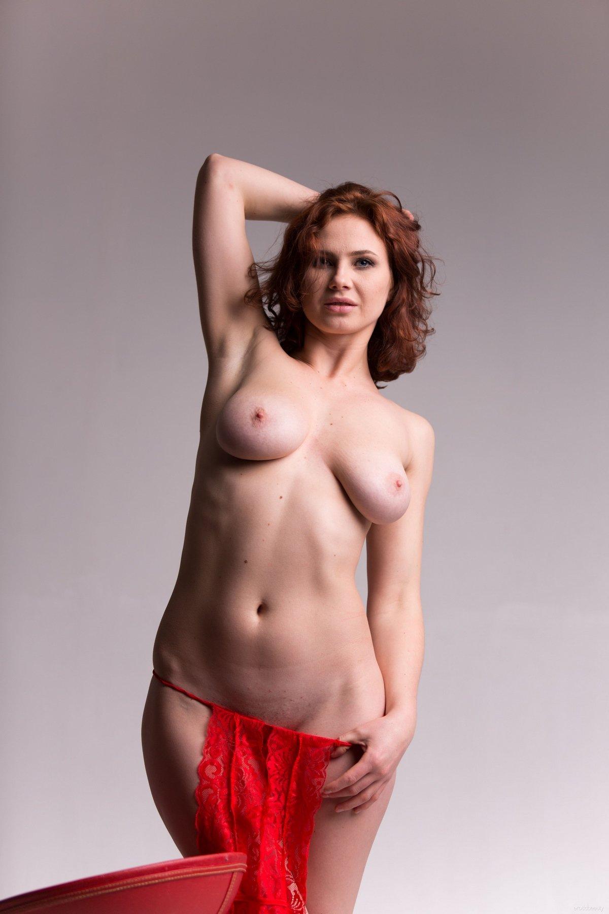 Aphrodita стаскивает красный кружевной наряд
