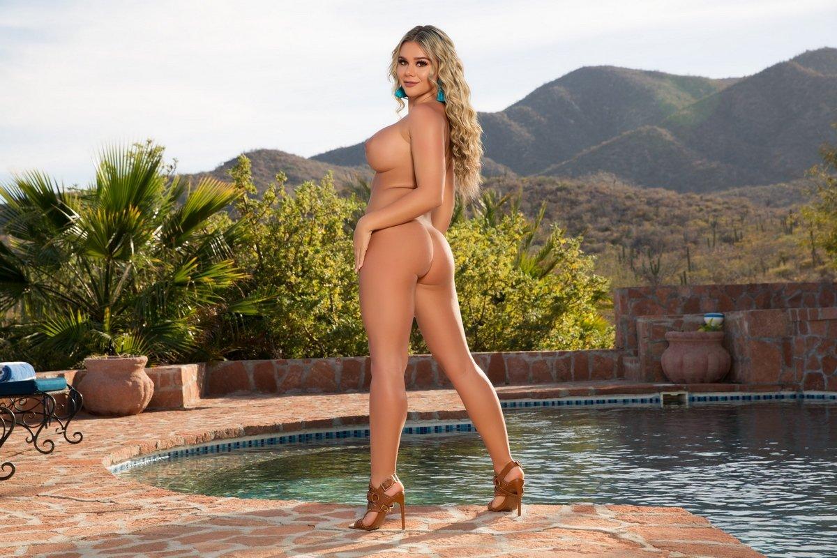 Супер сексуальная блондинка ласкает красивые силиконовые сиськи у бассейна