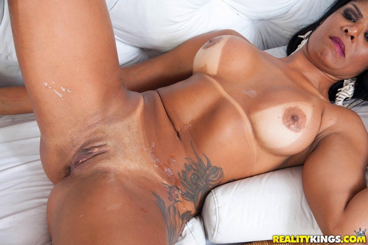 Загорелая бразильянка Duda Campos дает в попу секс фото