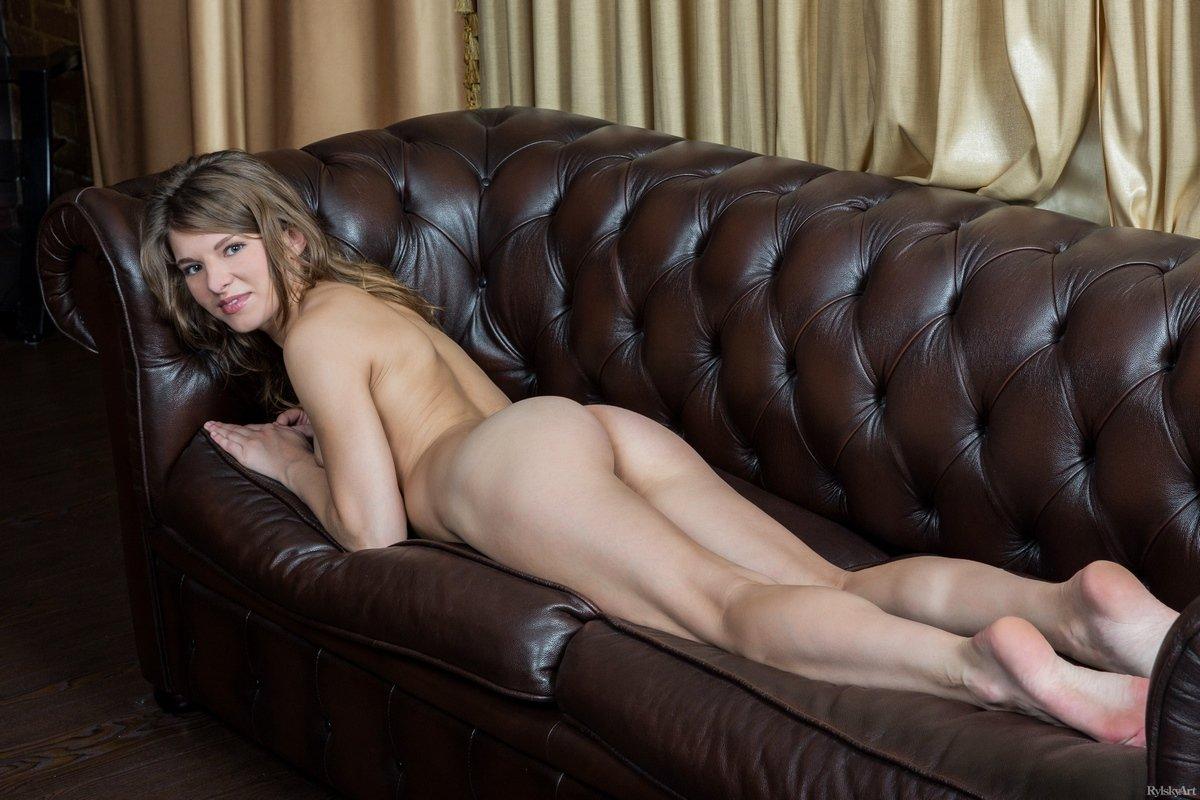 Шатенка с маленькими сиськами на кожаном диване