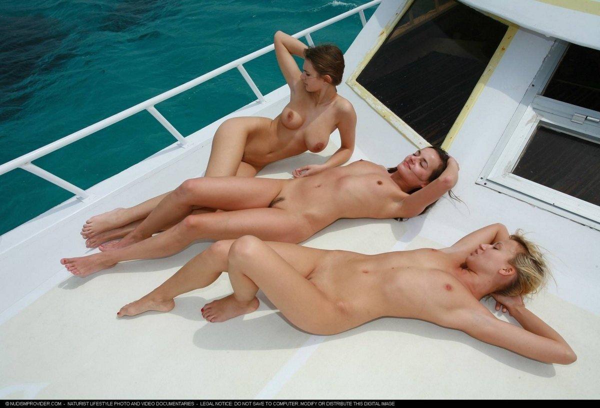 Три обнаженные модели на яхте секс фото