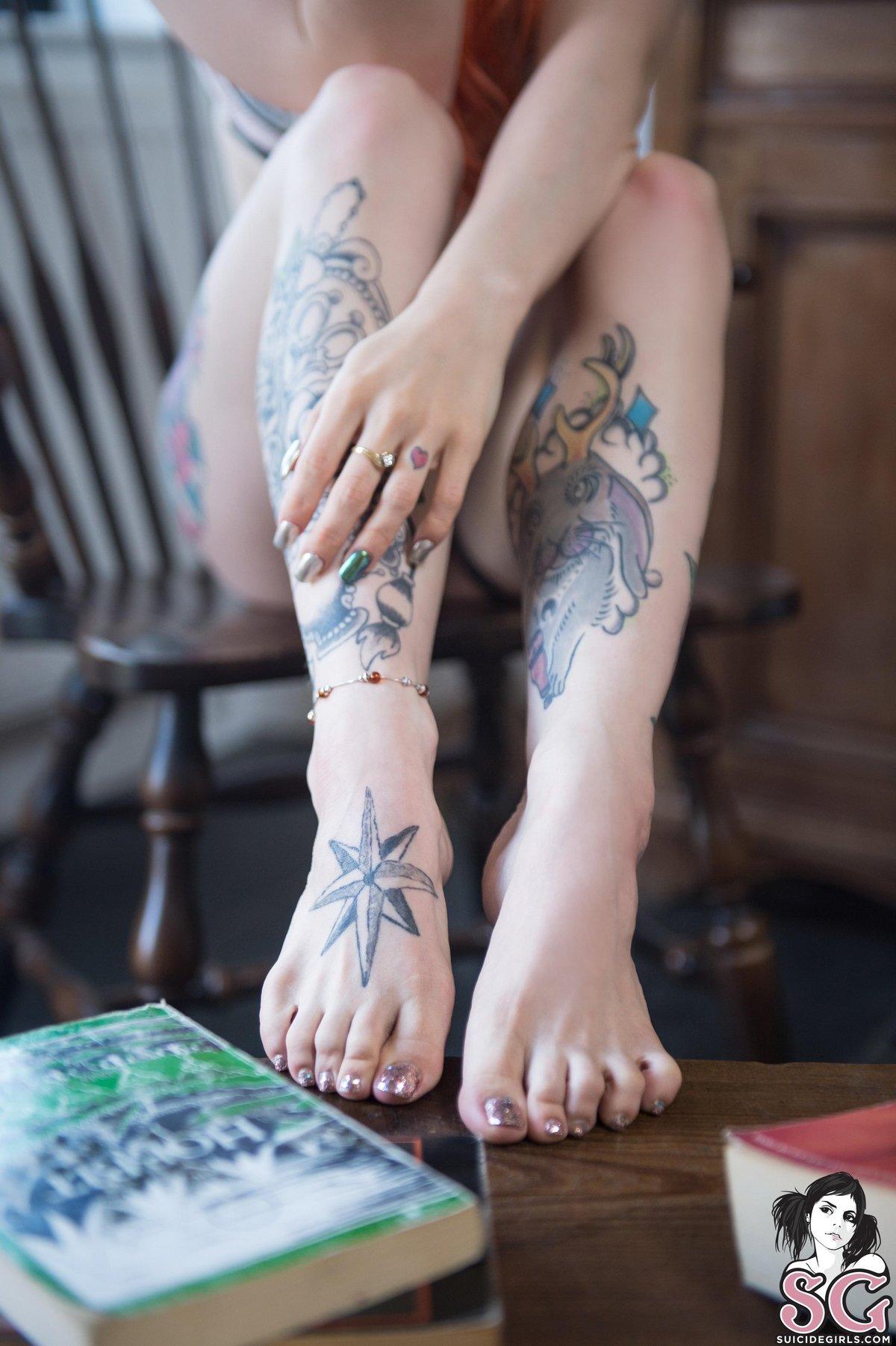 Рыженькая сучка вся в цветных татуировках