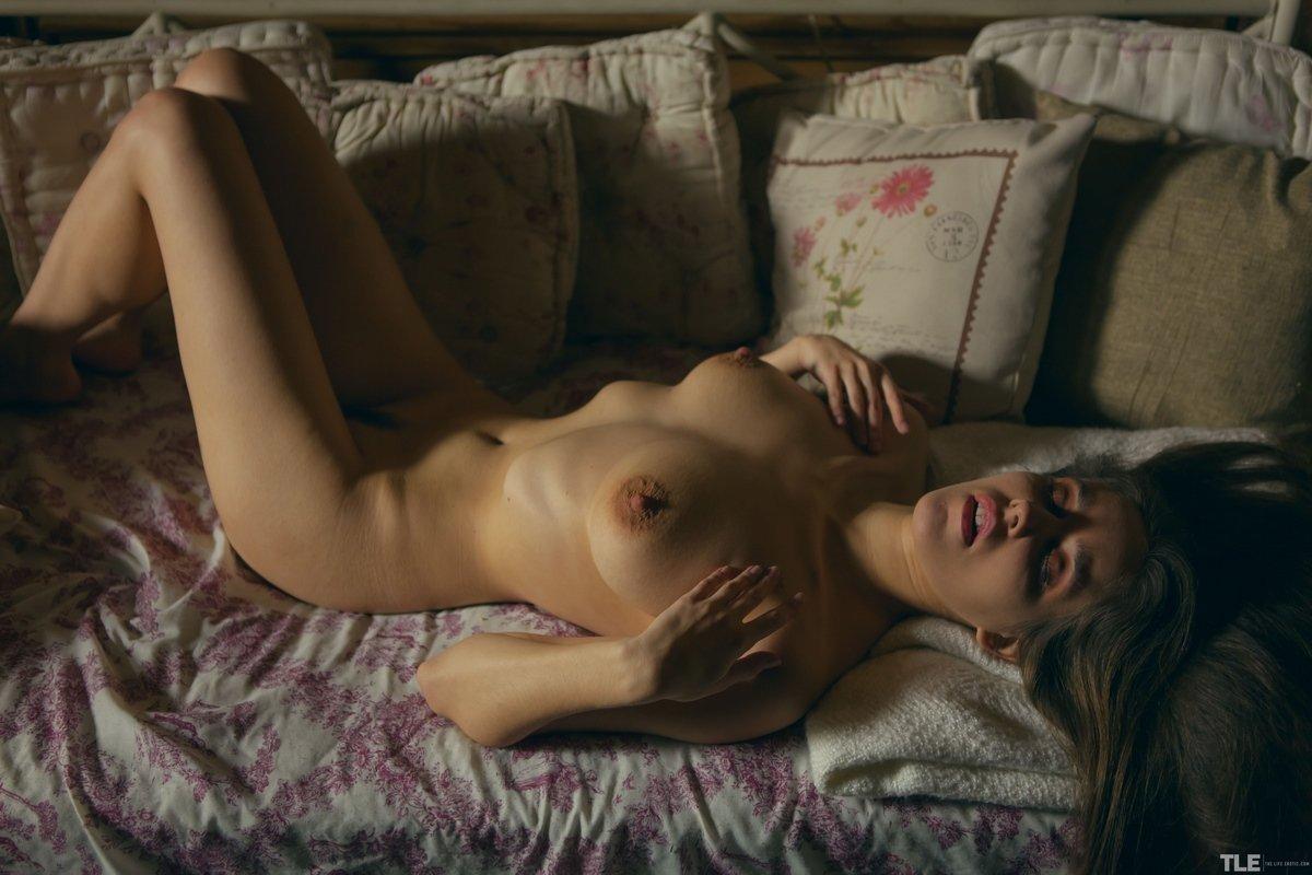 Вечерняя эротика сучки с прекрасной голым бюстом