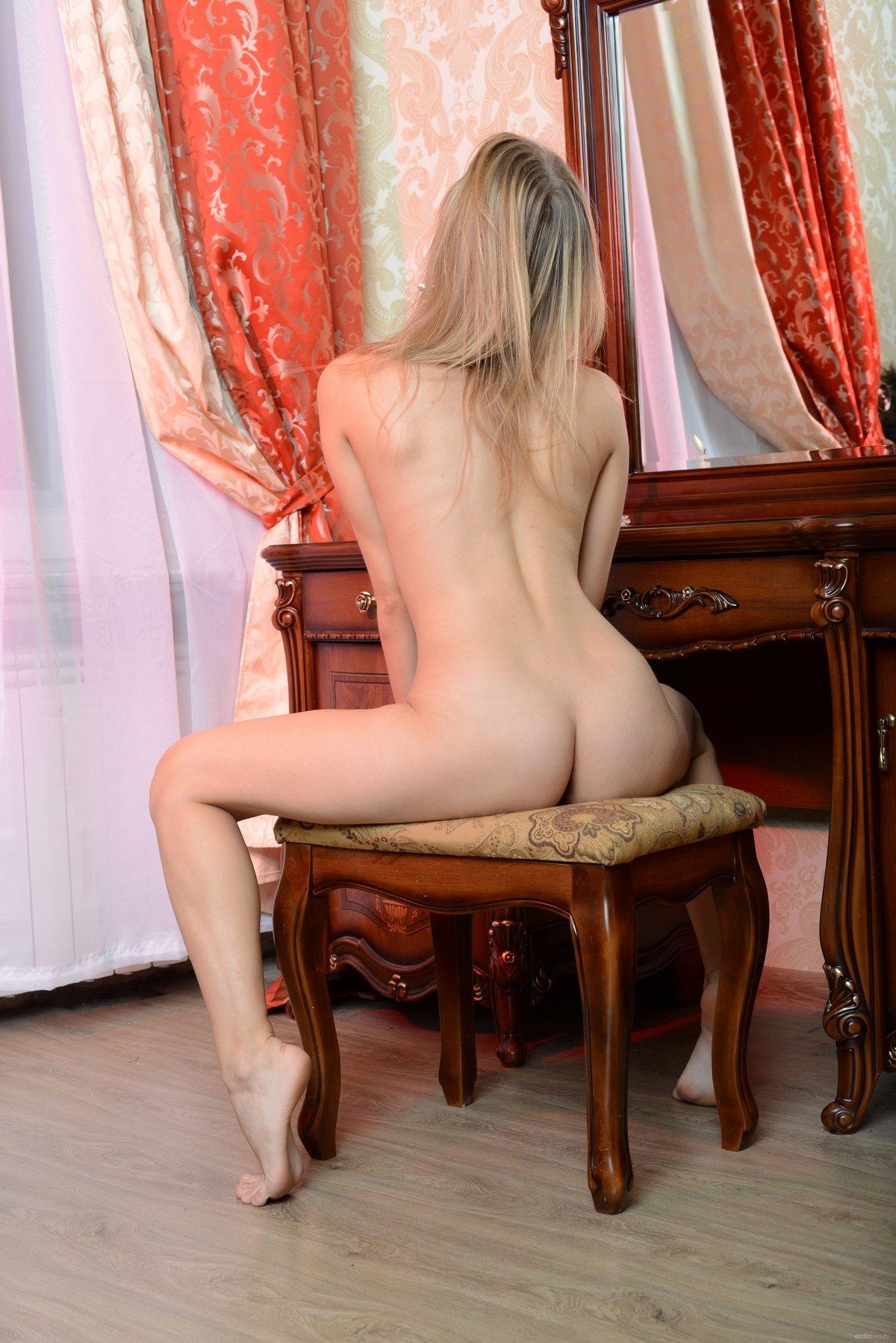 Молодая блондинка снимает красные трусики