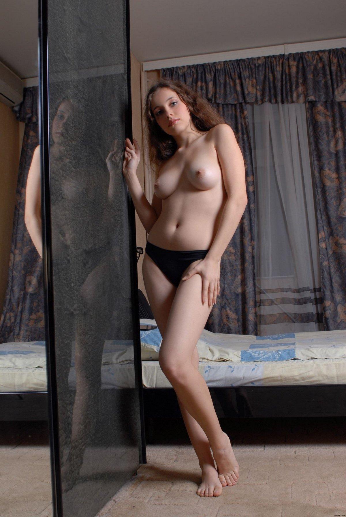 Барышня с лохматыми волосами стаскивает черные бикини секс фото