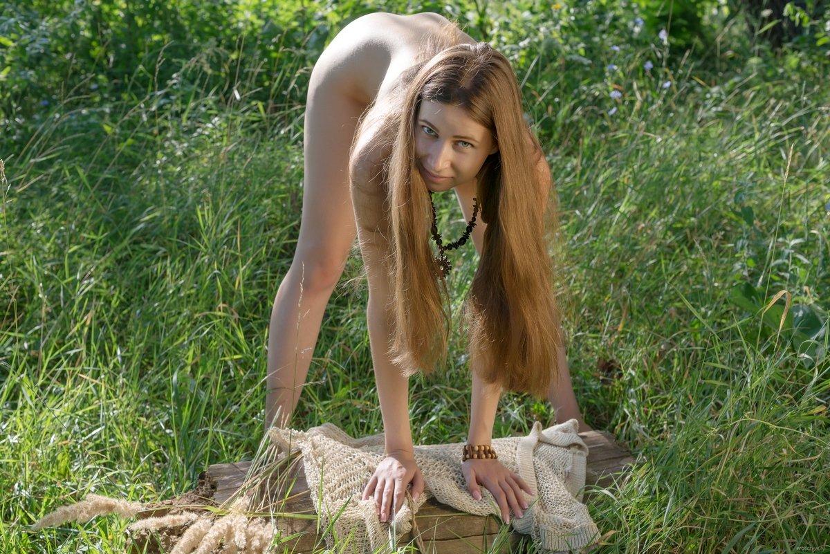 20-летняя сучка в платье сетке на лугу смотреть эротику