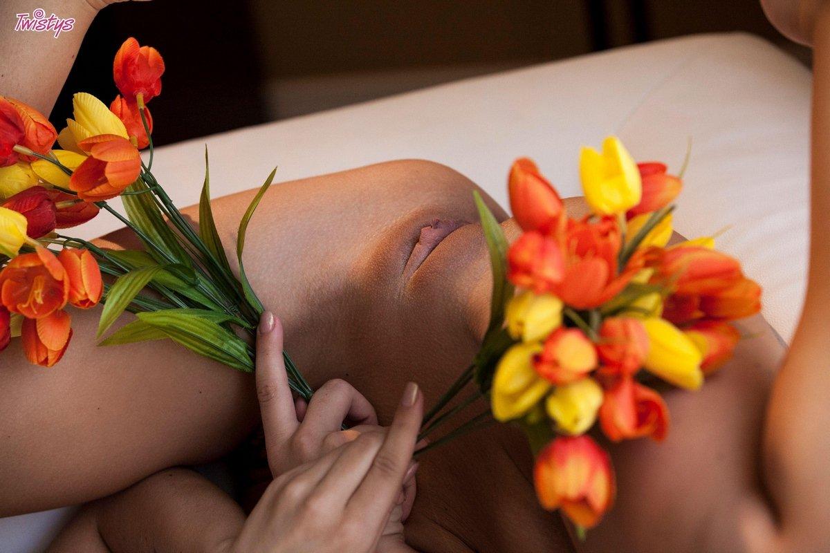 Cameron Calena в красных бикини и с букетом цветов