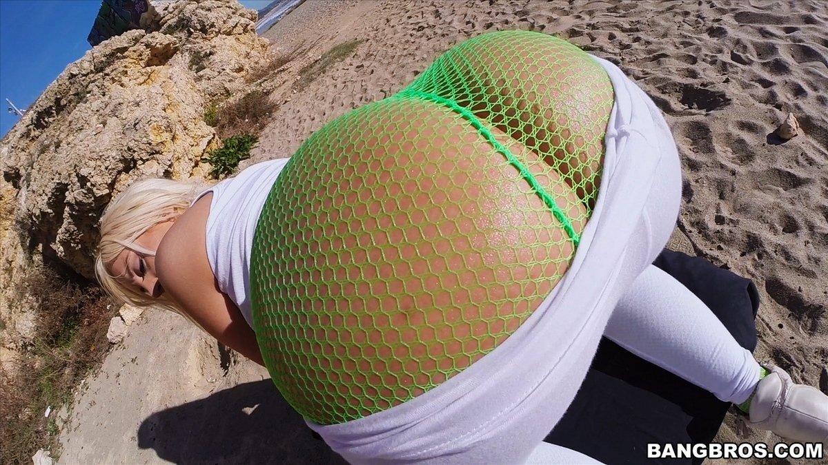 Блондиночка с толстой попой на пляже