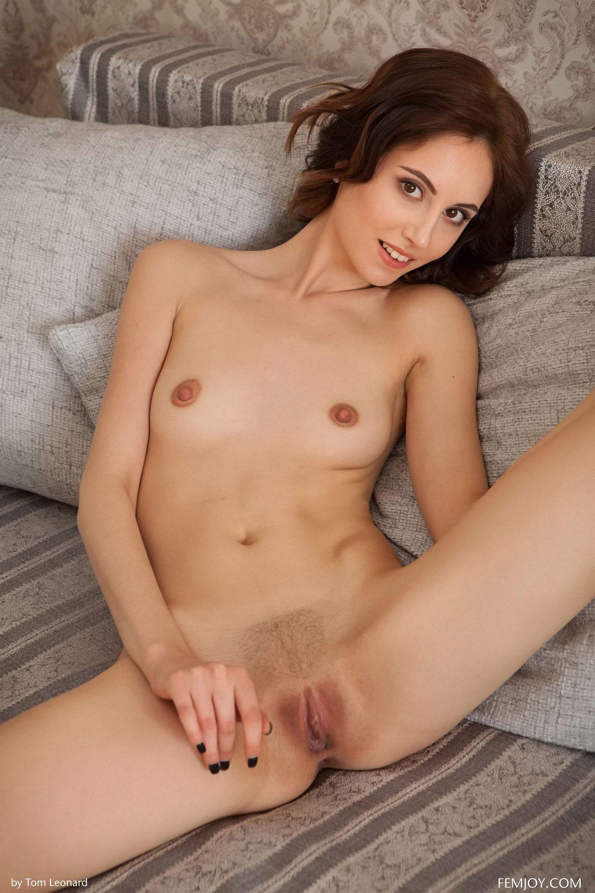 Костлявая брюнеточка с небольшими дойками и темными сексуальными сосочками