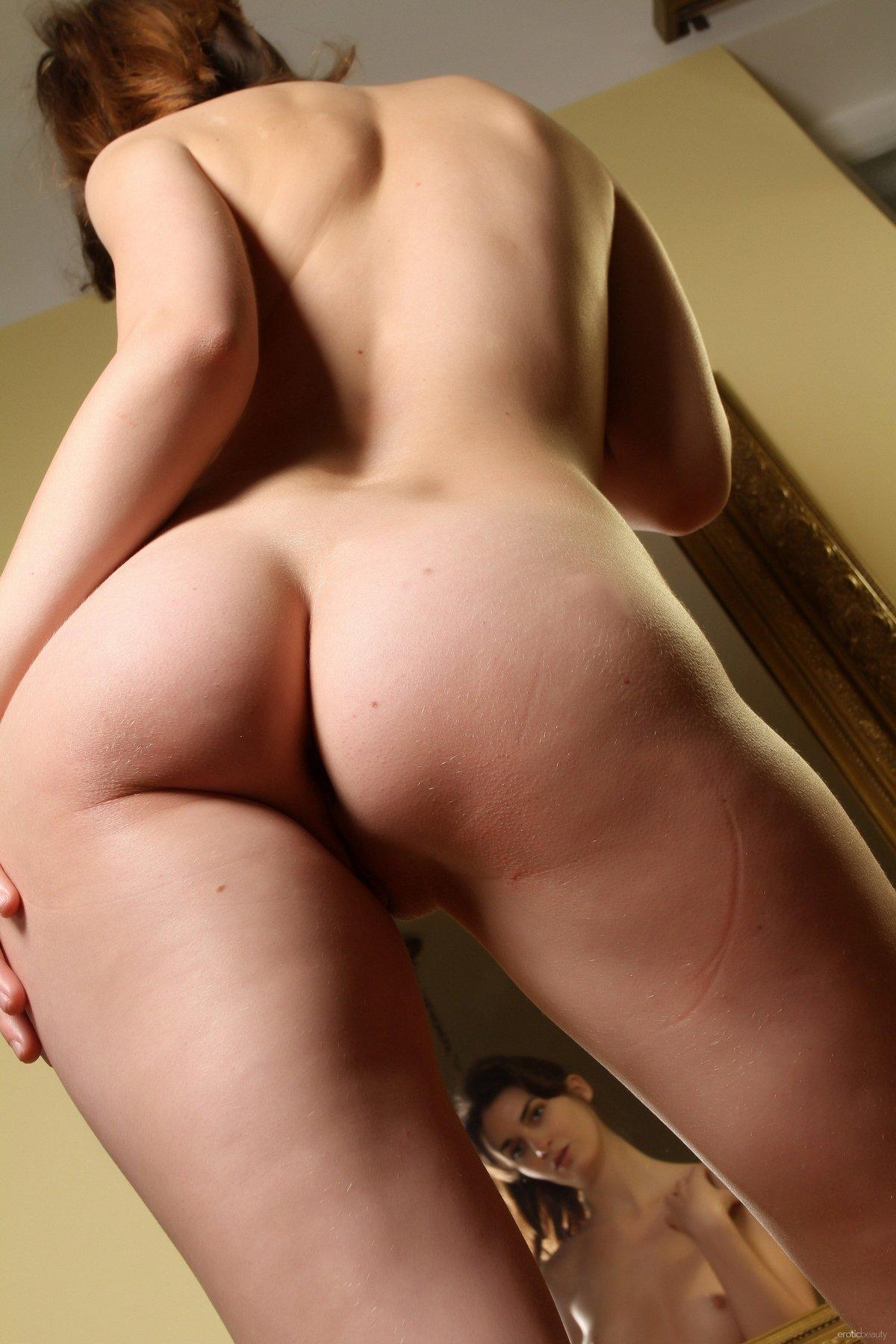 Тёмненькая в колготках на голое тело перед зеркалом секс фото