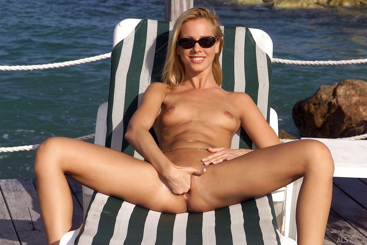 Смуглая блондинка в светло-синем трусики на набережной