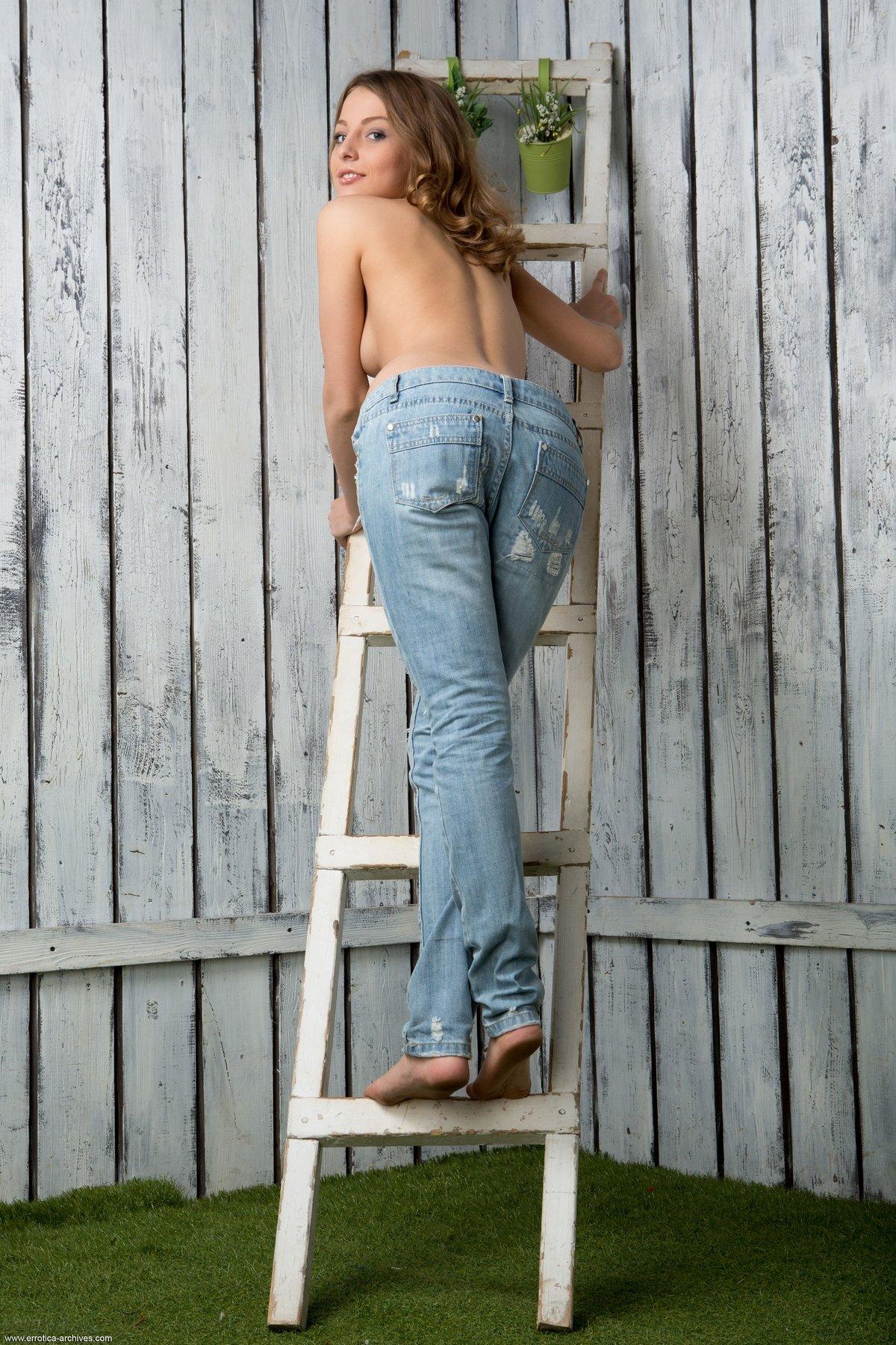 Сучка с крошечными титьками спускает джинсы