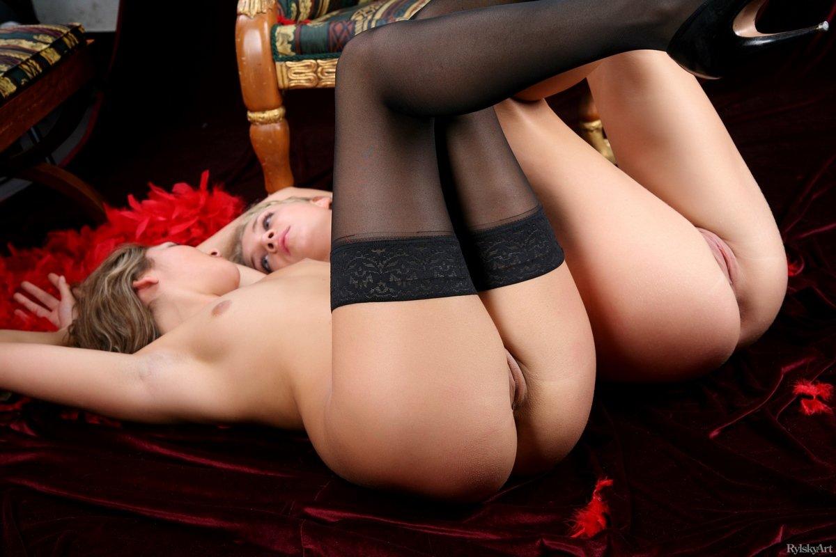Чувственная эротика двух блондинок в чулках