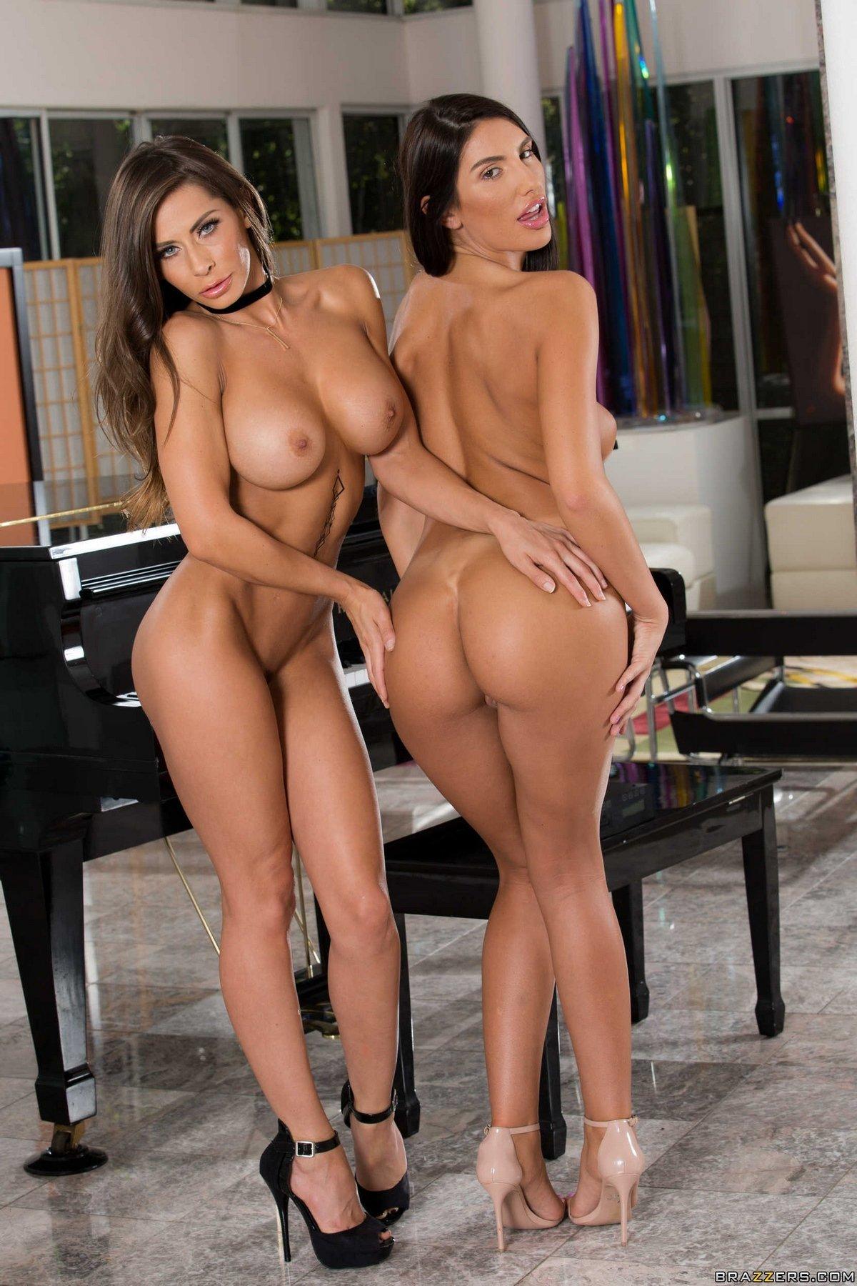 Две загорелые красавицы с упругим бюстом у рояля