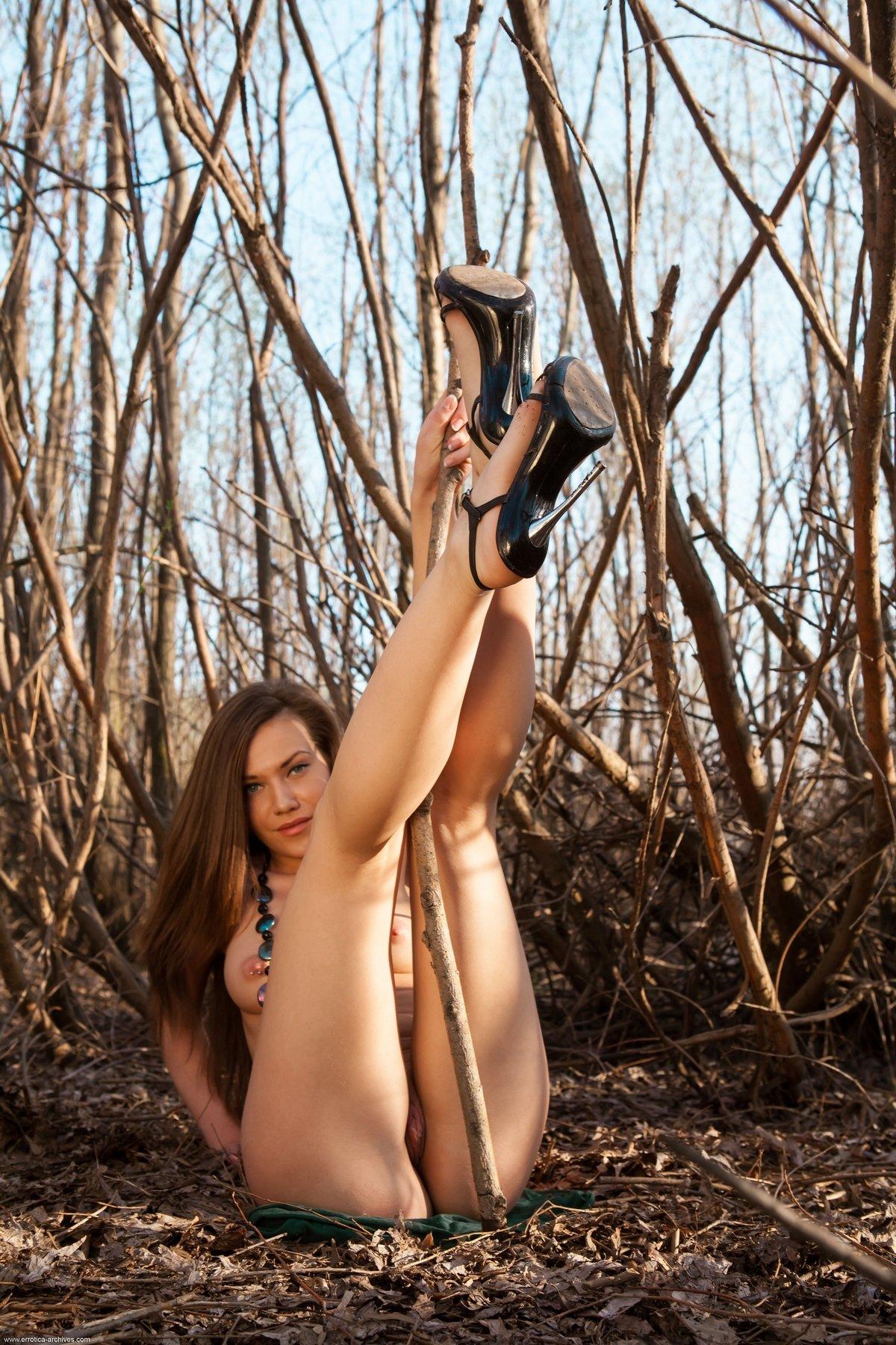 Раздетая чика с бусами на поляне смотреть эротику